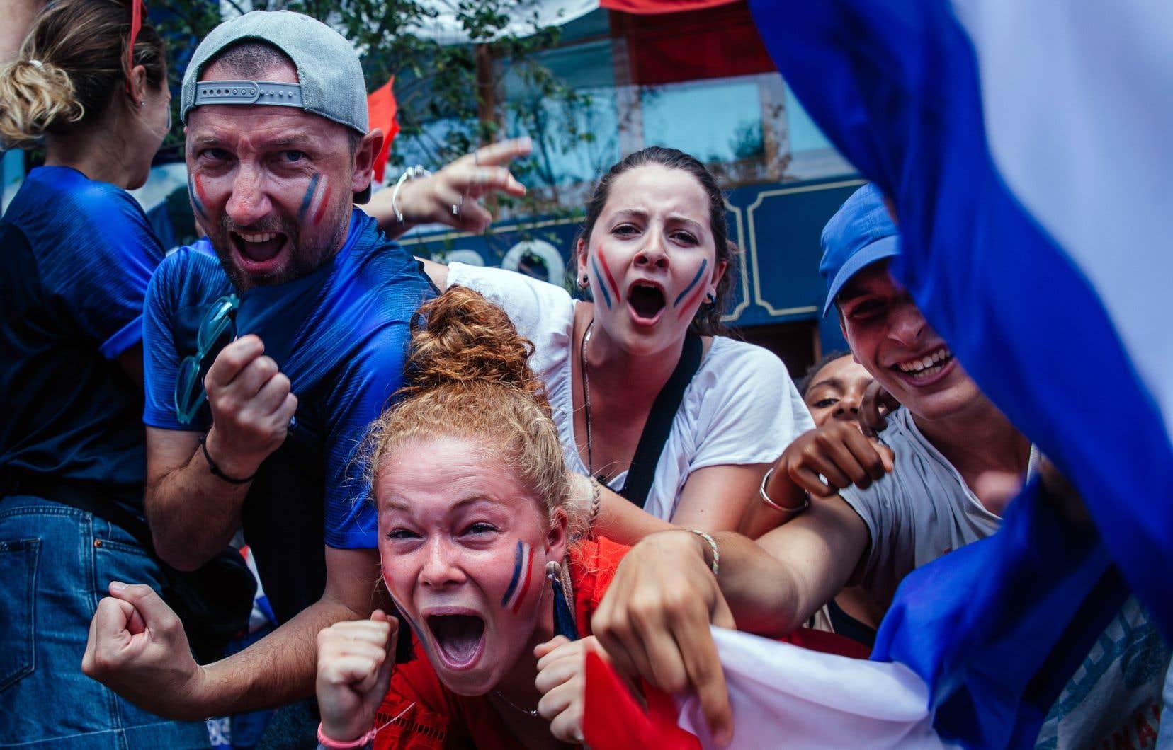 Des partisans français en liesse devant le bar L'Barouf, à Montréal