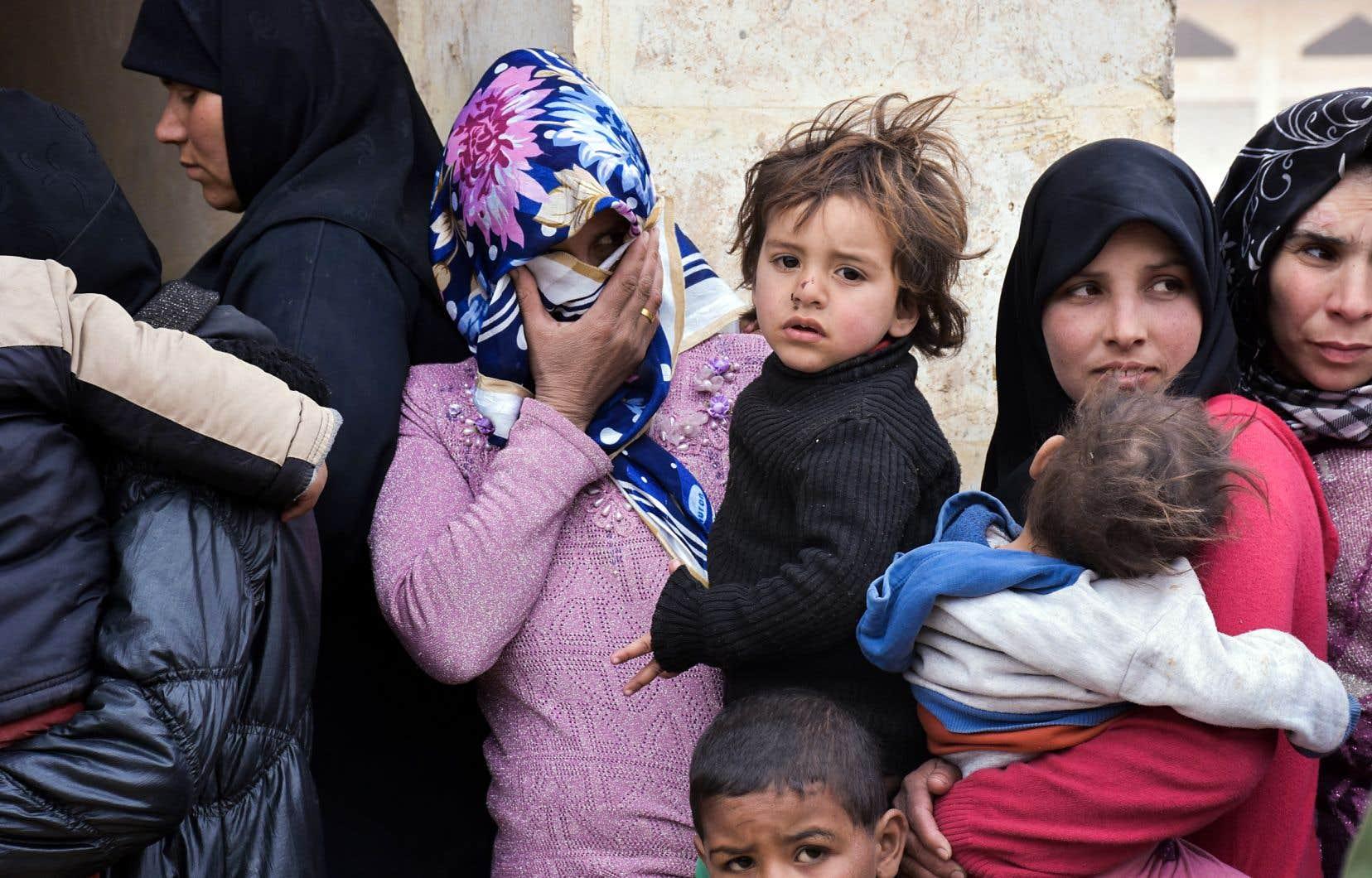 Des femmes syriennes font la file pour recevoir des soins médicaux dans un hôpital en périphérie de la ville d'Alep, en Syrie.