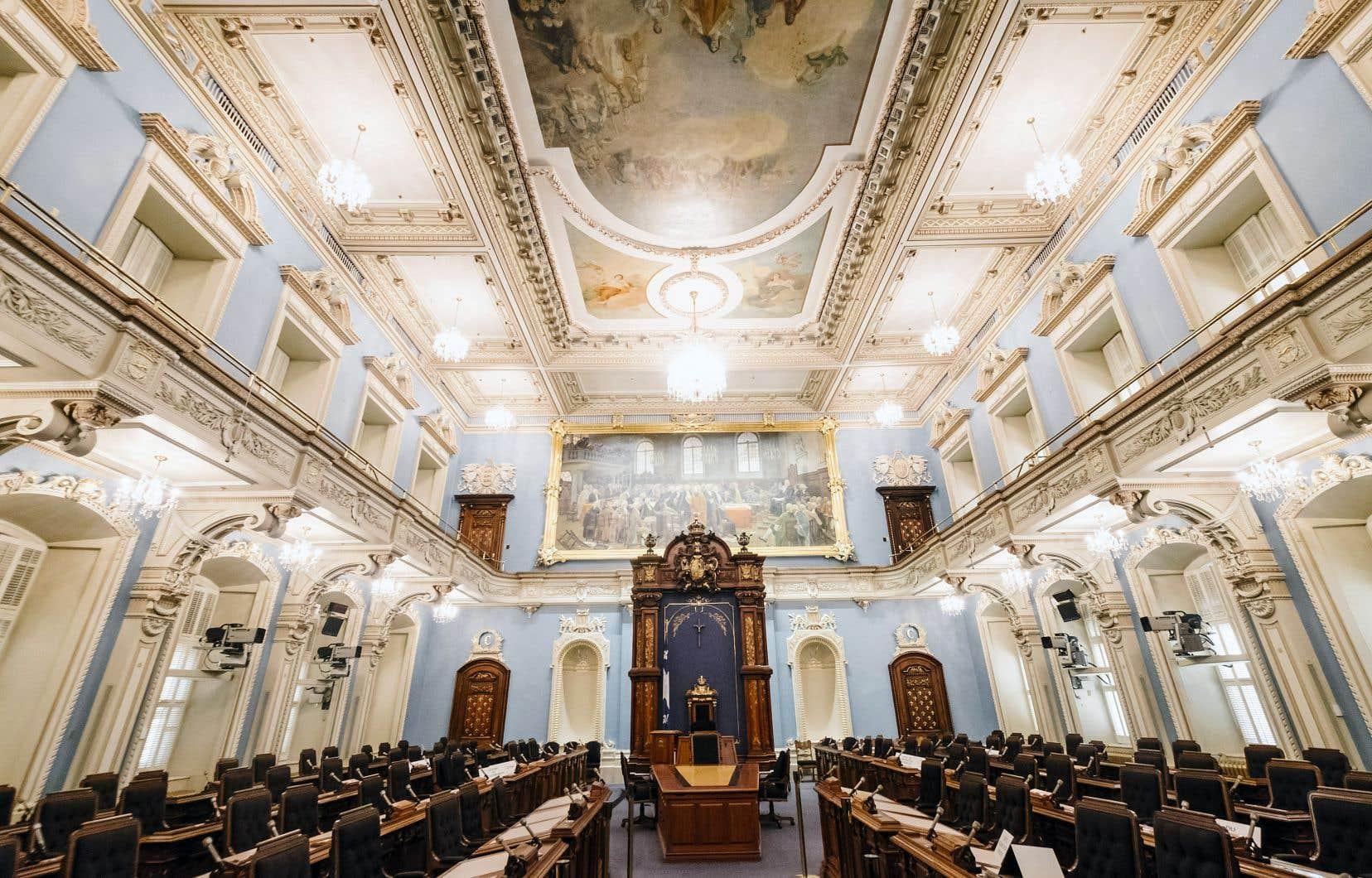 Le 8avril 1886, les parlementaires font leur entrée au salon Bleu (notre photo), dont les murs sont alors verts. Ils sont repeints en 1978 pour améliorer la télédiffusion des débats.