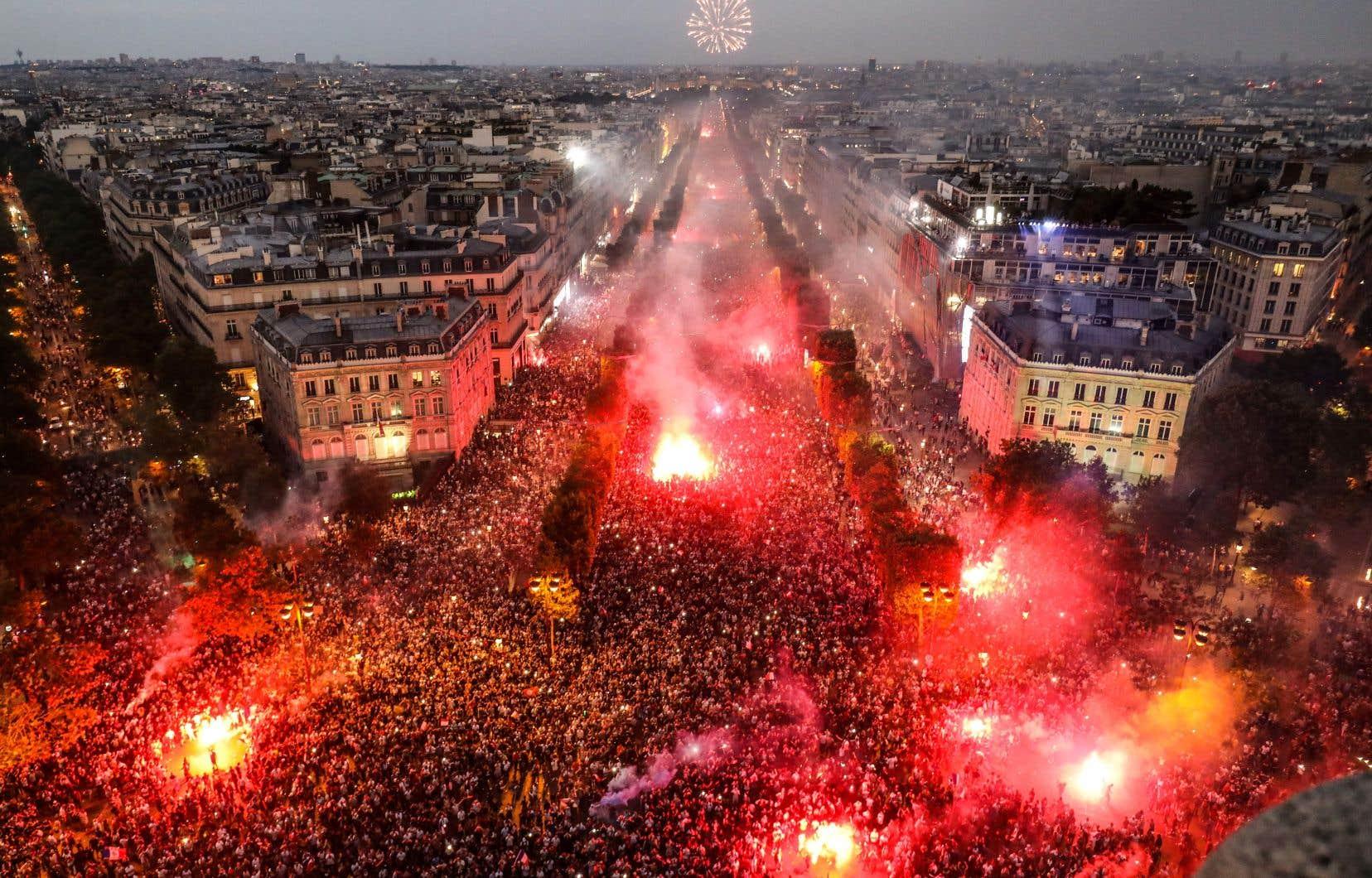Les Champs-Élysées étaient noirs de monde pour fêter jusqu'au bout de la nuit ce deuxième sacre des Bleus.