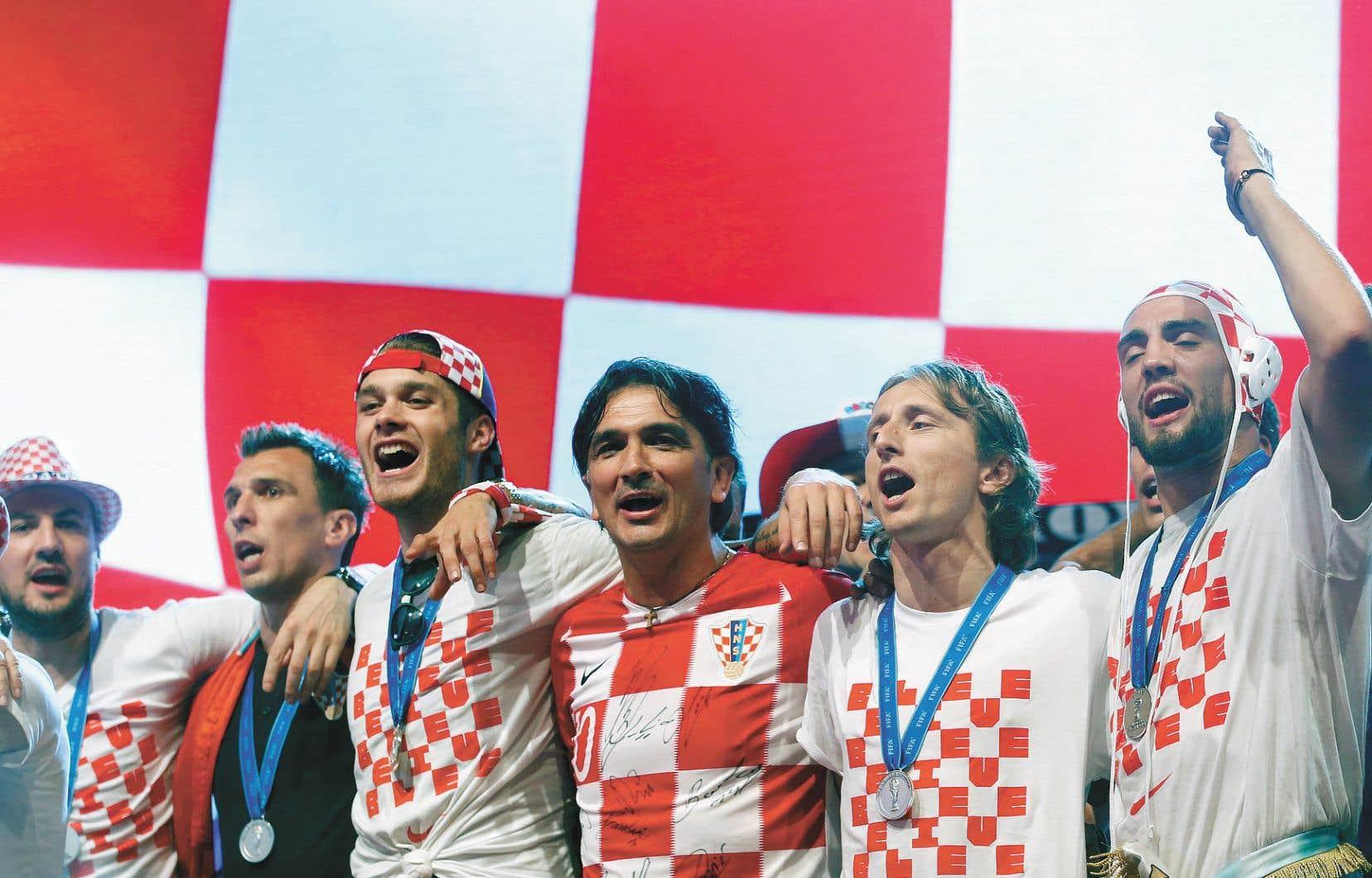 Les joueurs et leur entraîneur, Slatko Dalic, ont entonné «Moja domovina» («Ma patrie»), chanson patriotique des années 1990.