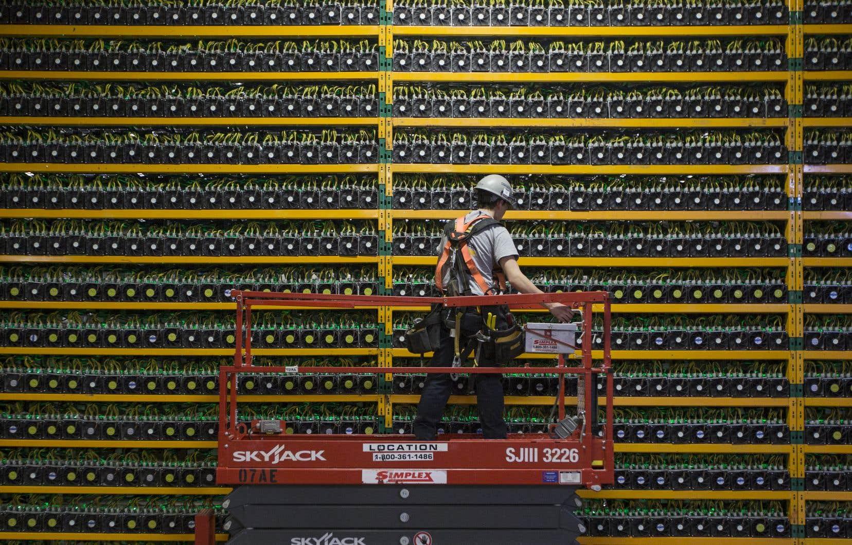 Un technicien inspecte les installations d'une ferme à bitcoin, chez Bitfarms à Saint-Hyacinthe, le 19 mars 2018.