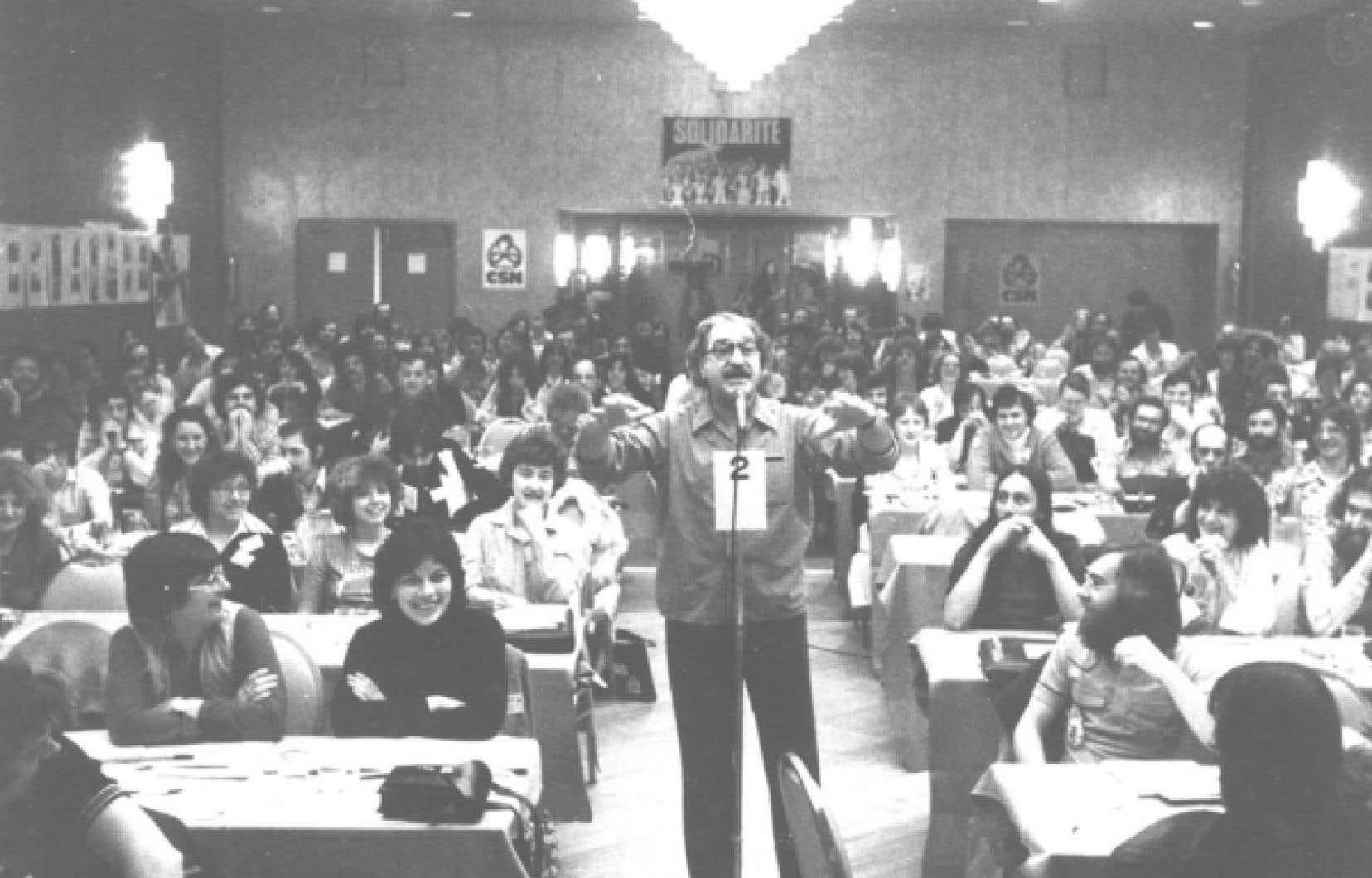 Michel Chartrand déride l'assemblée au 21e congrès de la Conseil central de Montréal de la CSN, en 1979.