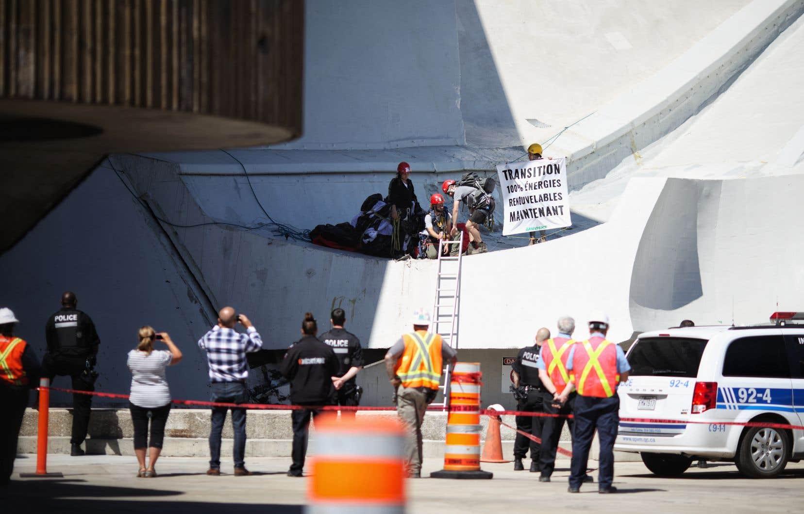 Au moins trois militants munis de câbles et de harnais ont été vus sur la structure, qui porte le nom de Tour de Montréal.