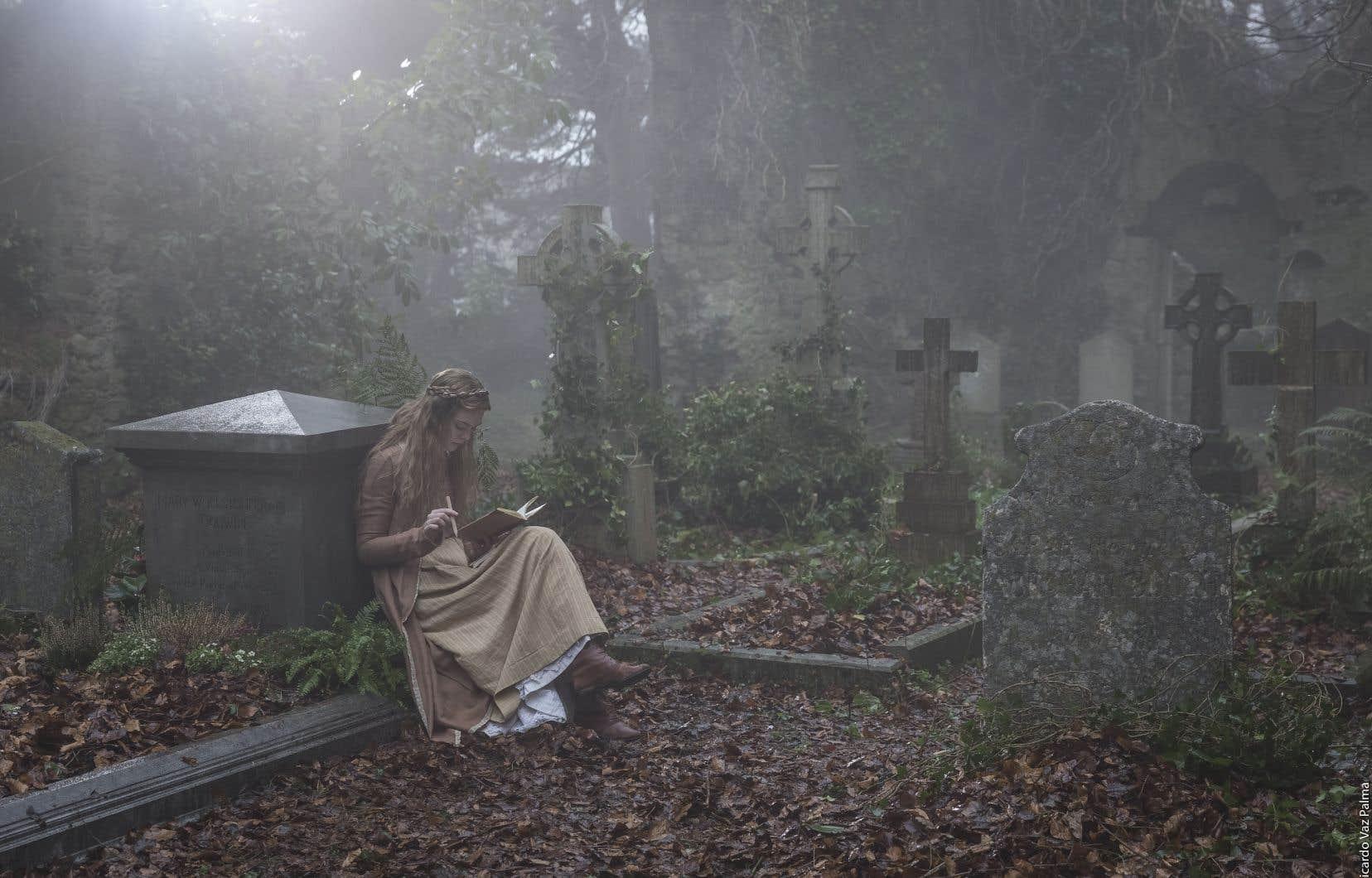 Dans le film, on découvre Mary Shelley, déjà jeune fille, en pleine élaboration d'un poème… assise dans un cimetière en ruines.