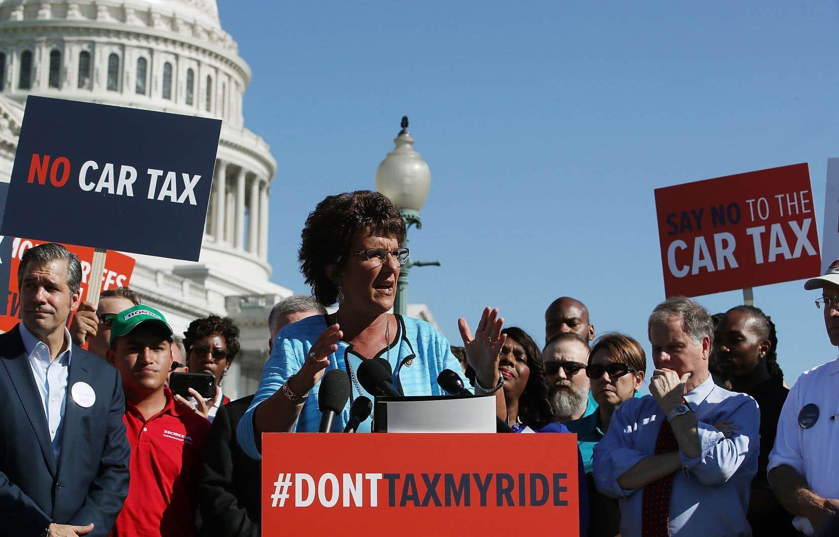 Des élus comme la représentante républicaine Jackie Walorski ont manifesté devant le Capitole contre les potentielles taxes qui toucheraient l'importation de véhicules aux États-Unis.