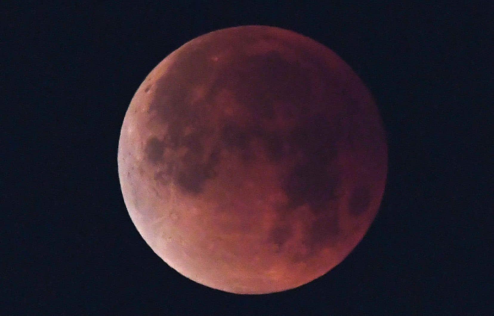 L'origine de la Lune alimente toujours un vigoureux débat scientifique.