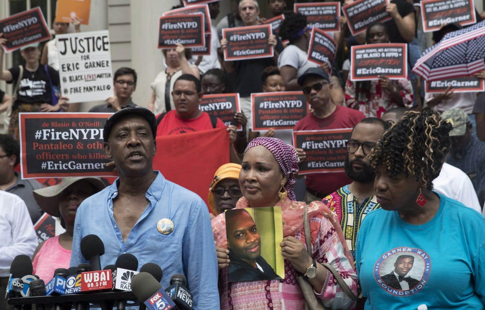 Les proches d'Eric Garner et de Mohamed Bah, deux hommes noirs tués lors d'interventions policières, ont prononcé un discours à New York, mardi.