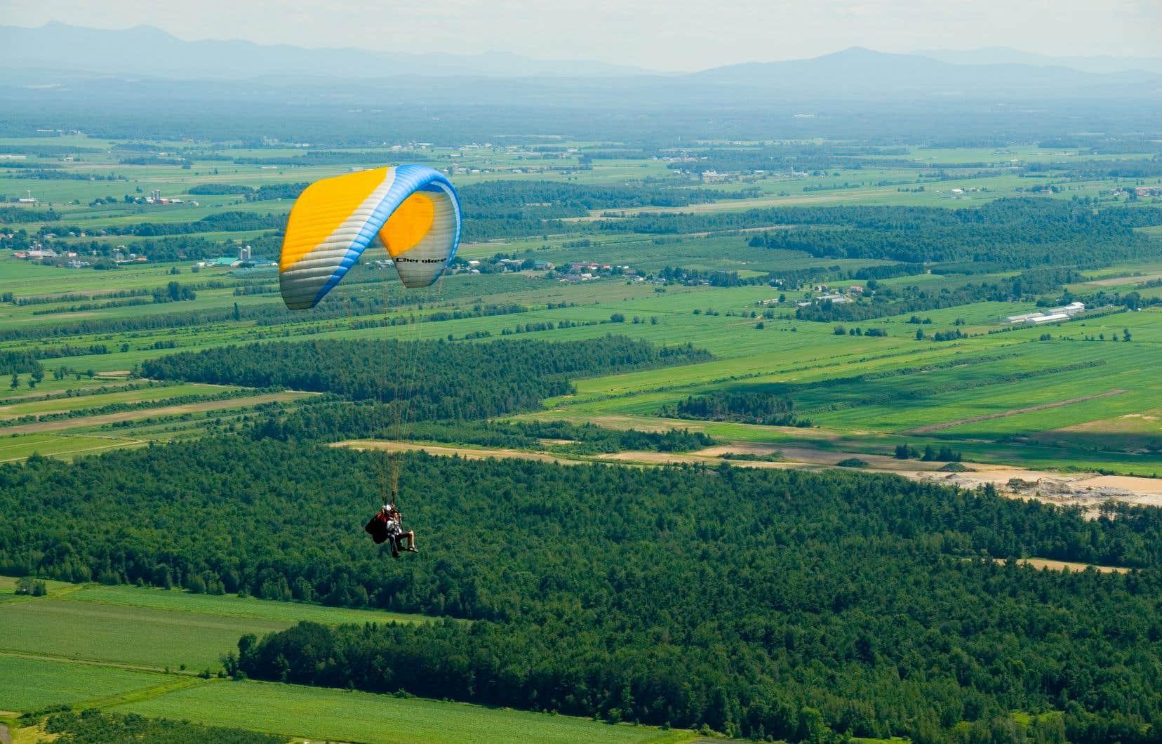 Lorsque le ciel n'est pas trop chargé et les vents pas trop forts, les parapentes et les deltaplanes tournoient au-dessus de la montagne.