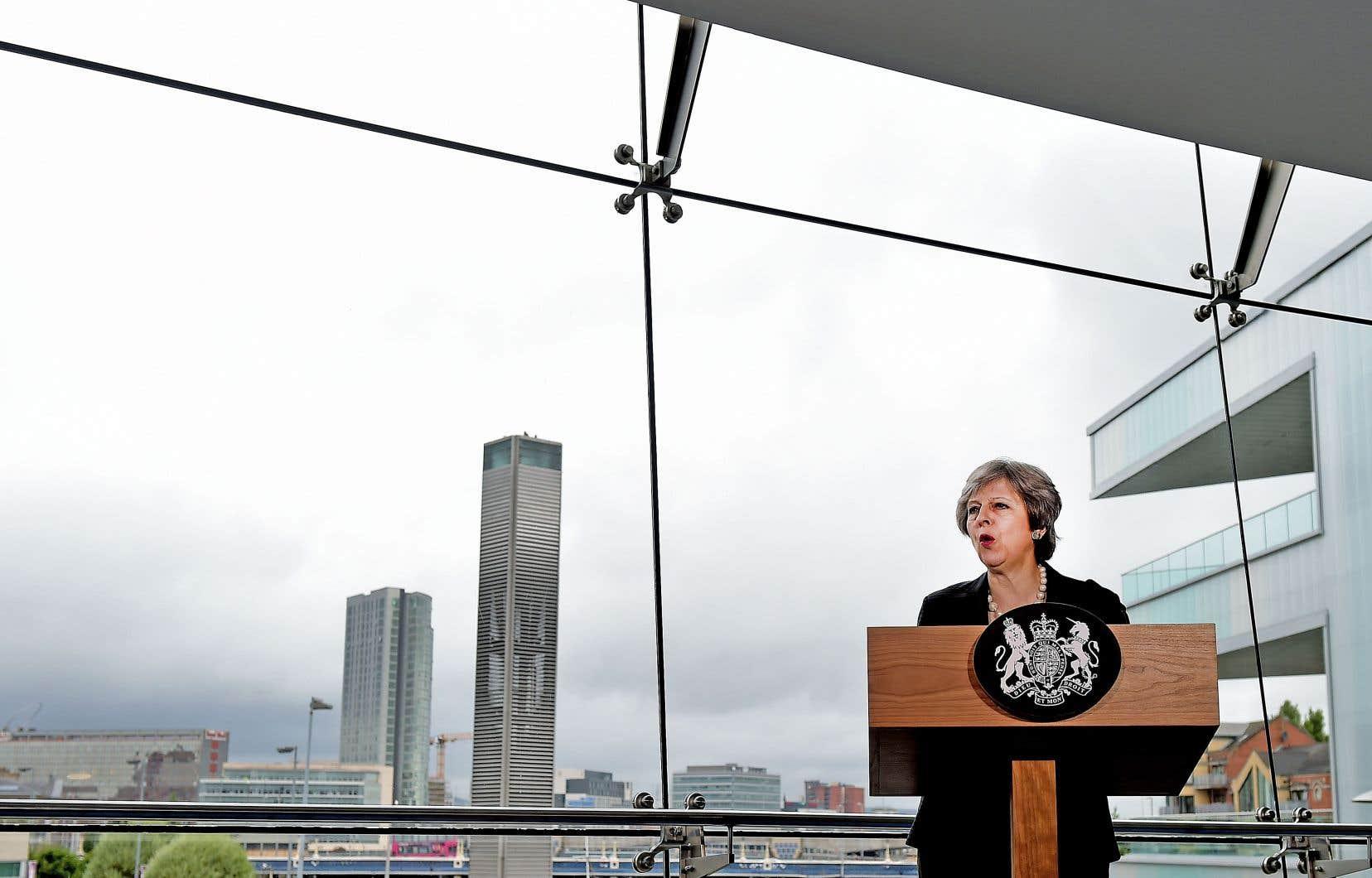 La première ministre britannique, Theresa May, lors de son discours au Belfast Waterfront Hall, vendredi en Irlande du Nord