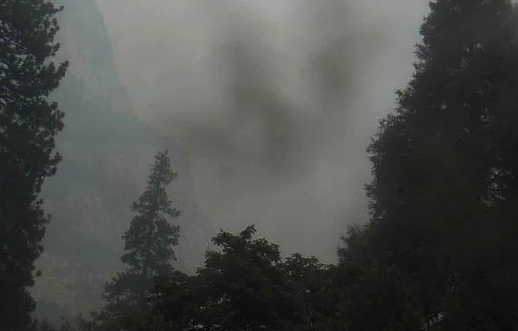 Une épaisse couche de fumée enveloppait le parc national de Yosemite, dans l'est de la Californie, le 17 juillet dernier.