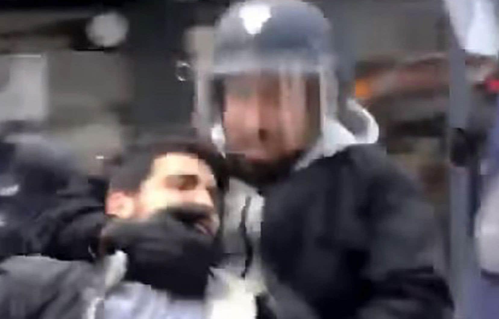 Alexandre Benalla est mis en cause après la diffusion de vidéos le montrant frappant un manifestant le 1ermai.