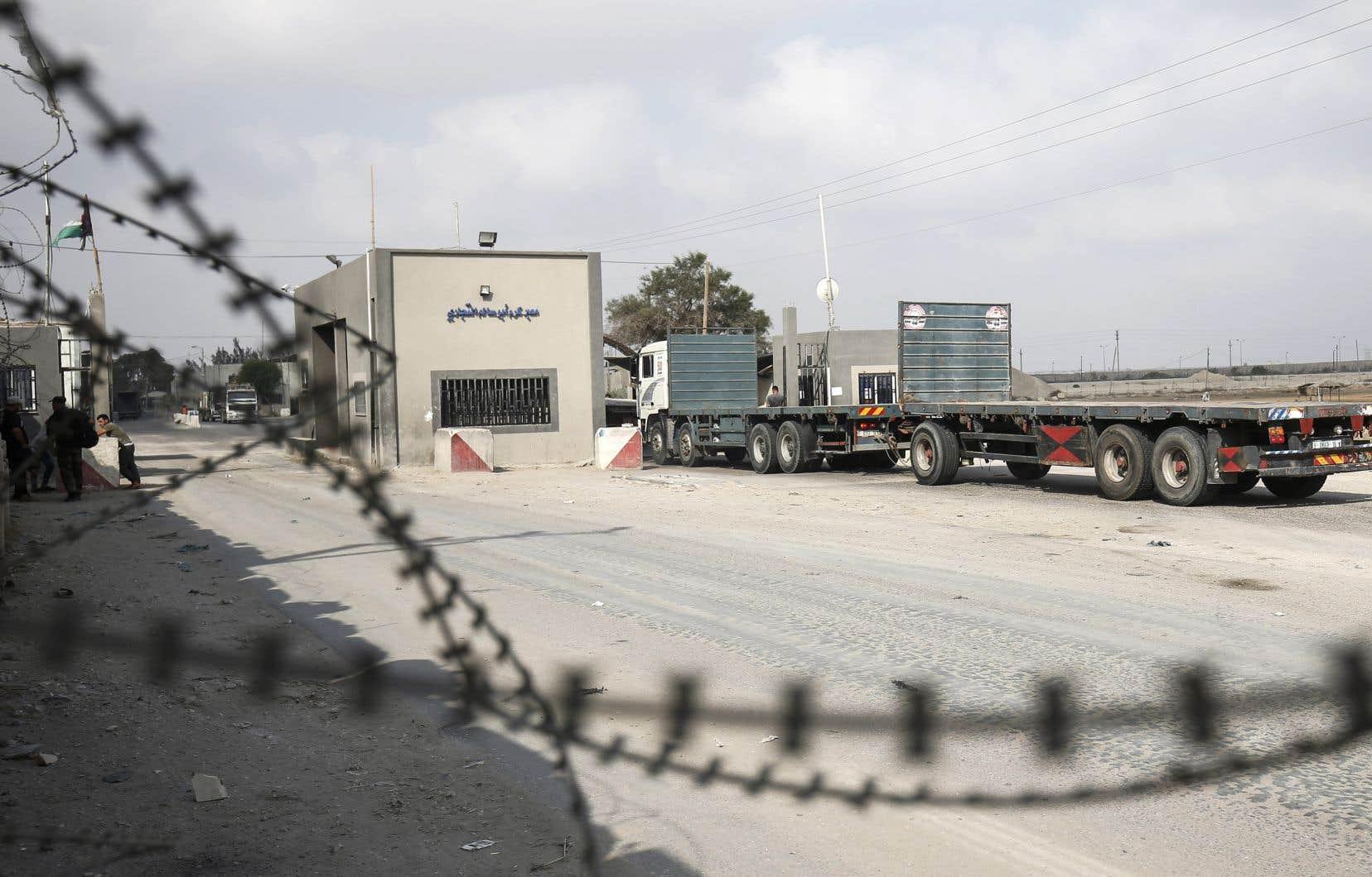 Soumise à un strict blocus israélien depuis plus de dix ans, la bande de Gaza, qui souffre déjà de coupures d'électricité, a vu les livraisons de marchandises, puis de produits pétroliers, suspendues par Israël.