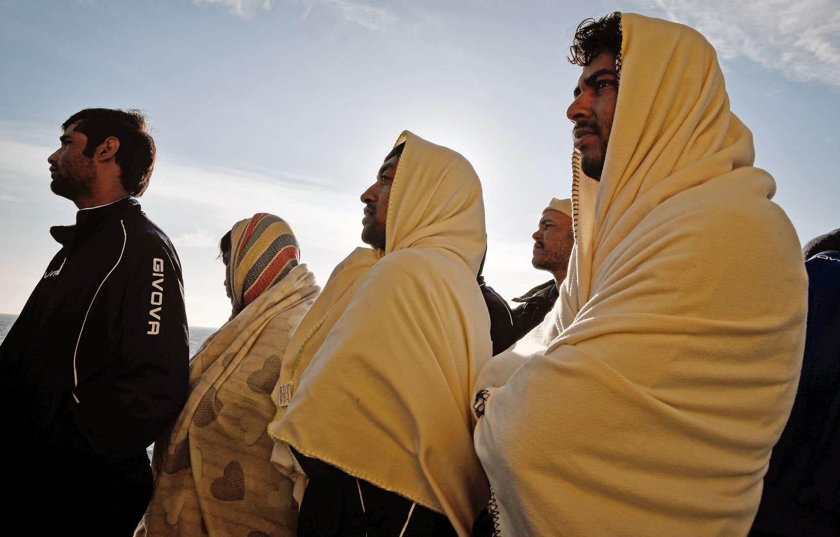 Des migrants secourus observent les côtes siciliennes à bord de l'«Aquarius», affrété par l'association SOS Méditerranée, le 10mai.