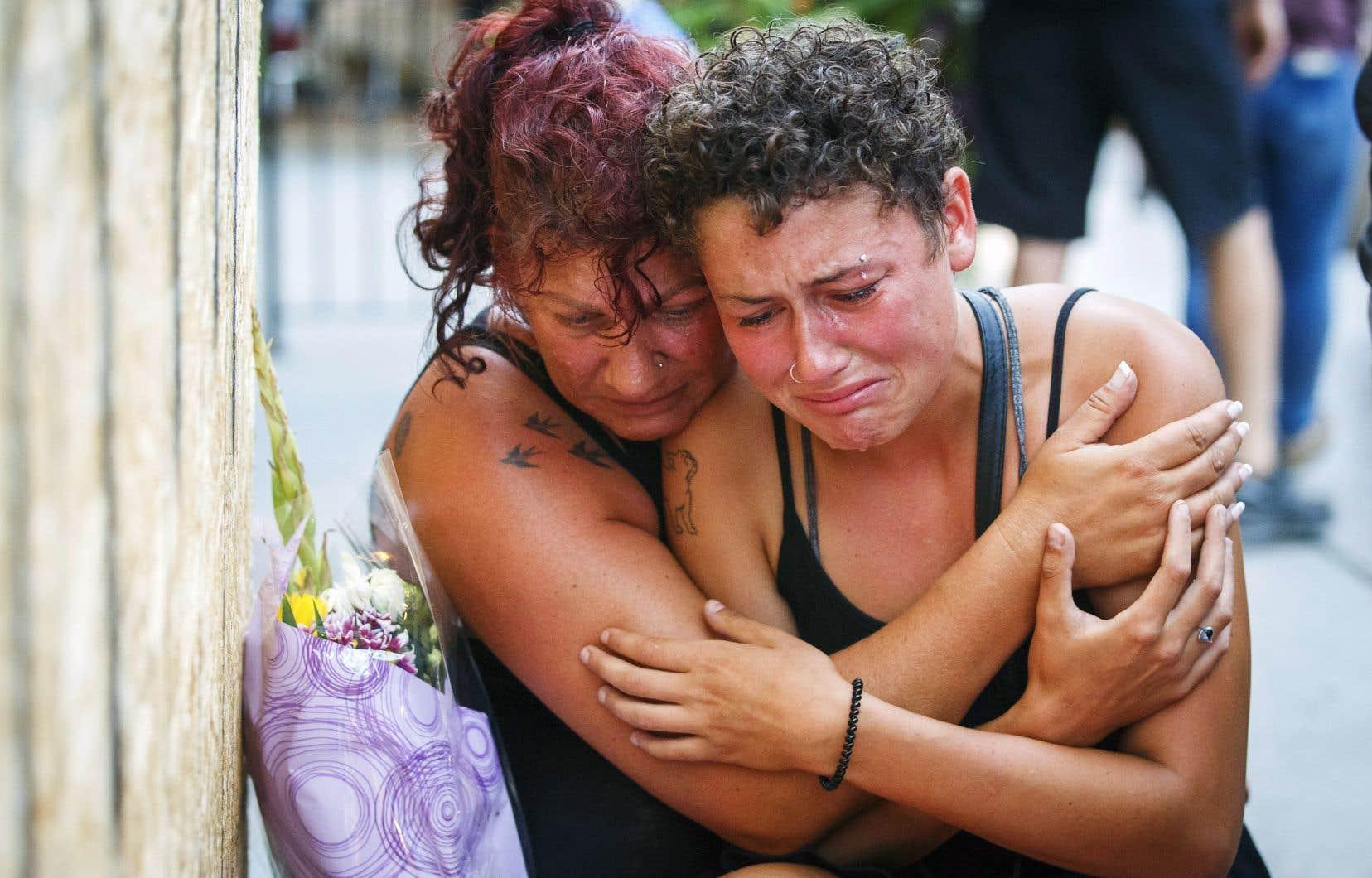 Une amie de Reese Fallon, Desirae Shapiro, et sa mère, Gina Shapiro, pleuraient à chaudes larmes la perte de leur amie, tuée dans la fusillade dimanche.