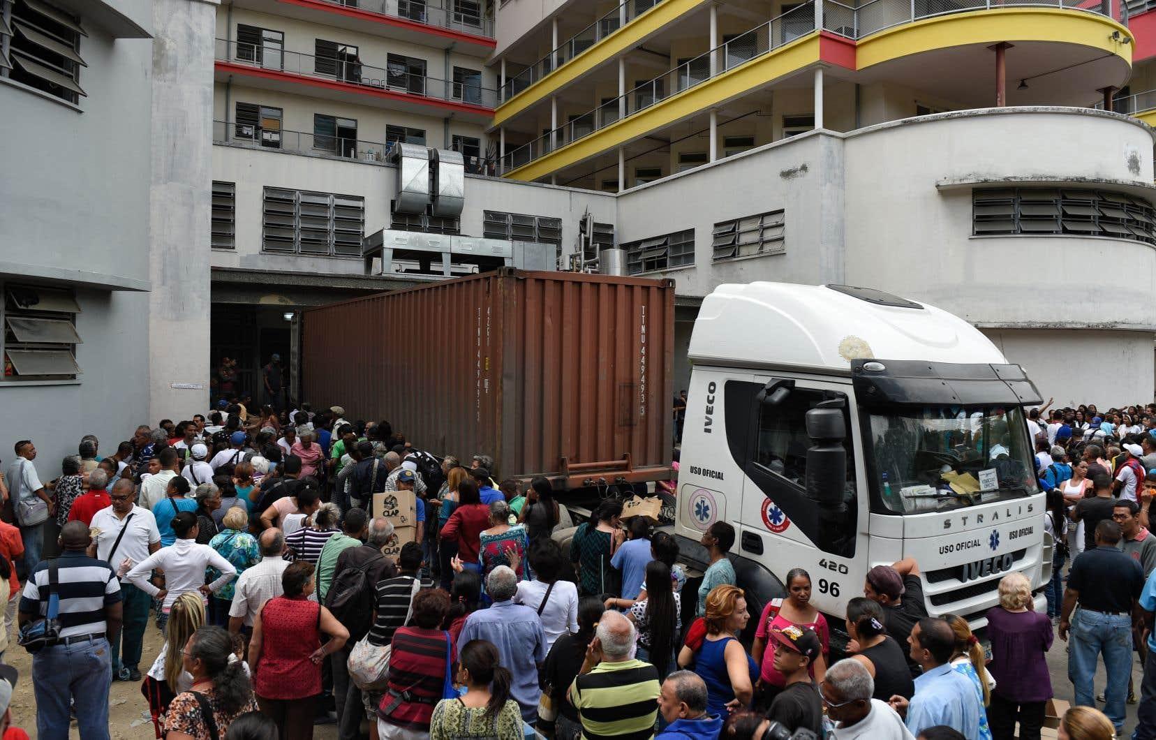 La pénurie de nourriture, les difficultés croissantes pour accéder aux soins, à l'électricité, à l'eau, aux transports, combinées aux problèmes d'insécurité, ont fait fuir en masse la population qui se réfugie notamment en Colombie et au Brésil.