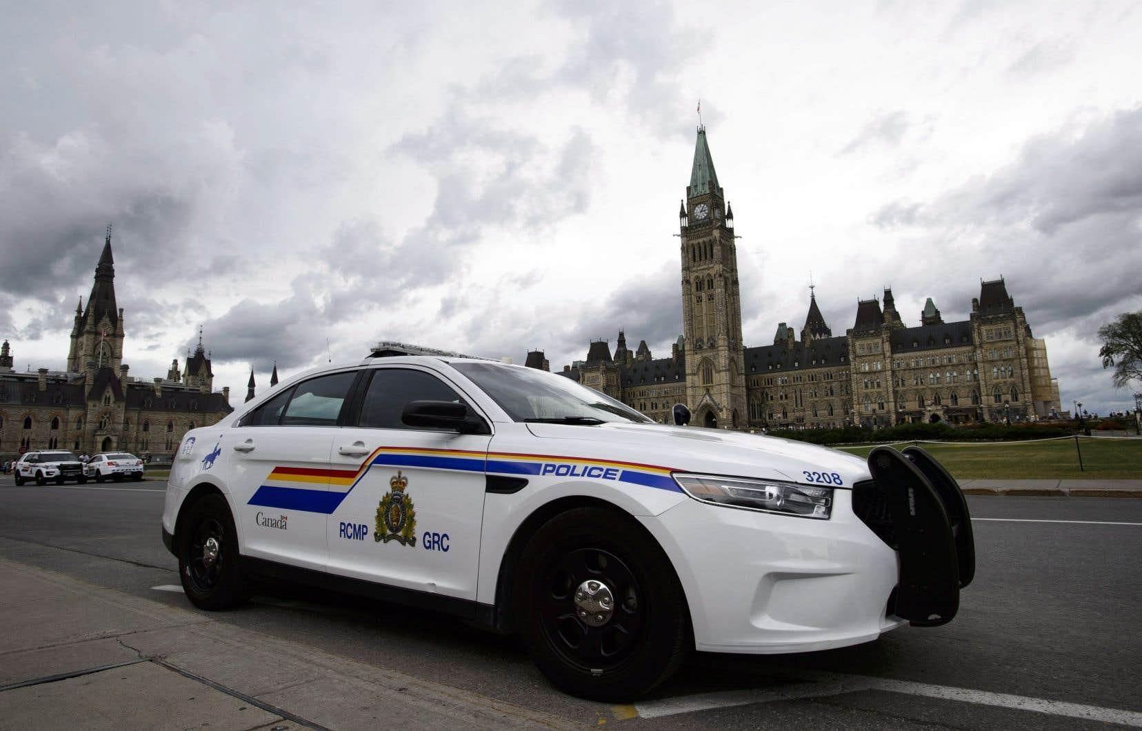 Des agents du Service de protection parlementaire ont arrêté M.Mooney sur la Colline, lundi, lors de la très populaire cérémonie de la relève de la garde.