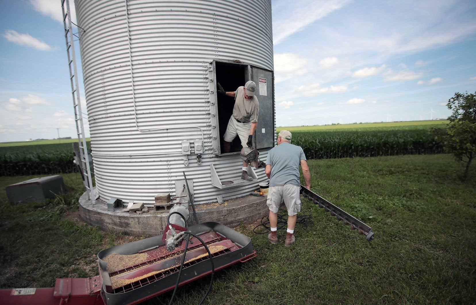 Les Américains John Duffy (à droite) et Roger Murphy travaillent dans leur ferme de soja, à Dwight, en Illinois.