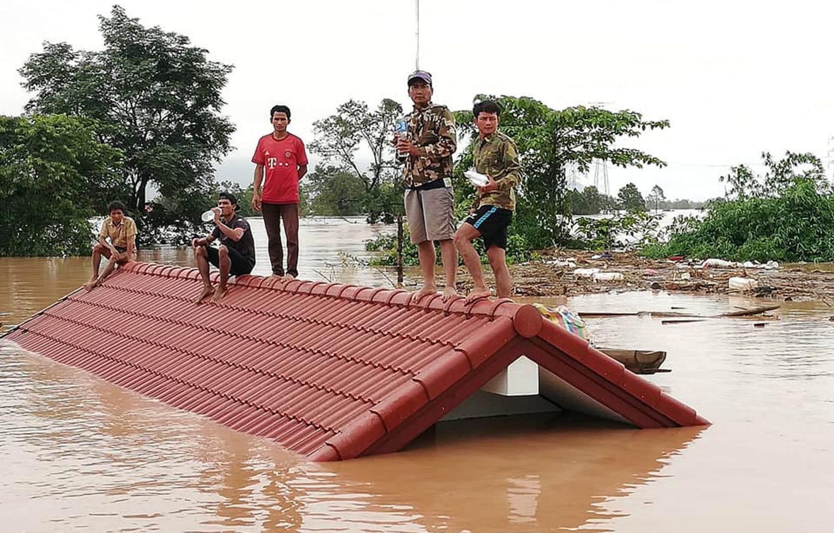 <p>Les opérations de secours sont compliquées, car la zone sinistrée, très isolée, n'est accessible que par hélicoptère ou bateau, les routes ayant été gravement endommagées, voire totalement emportées.</p>