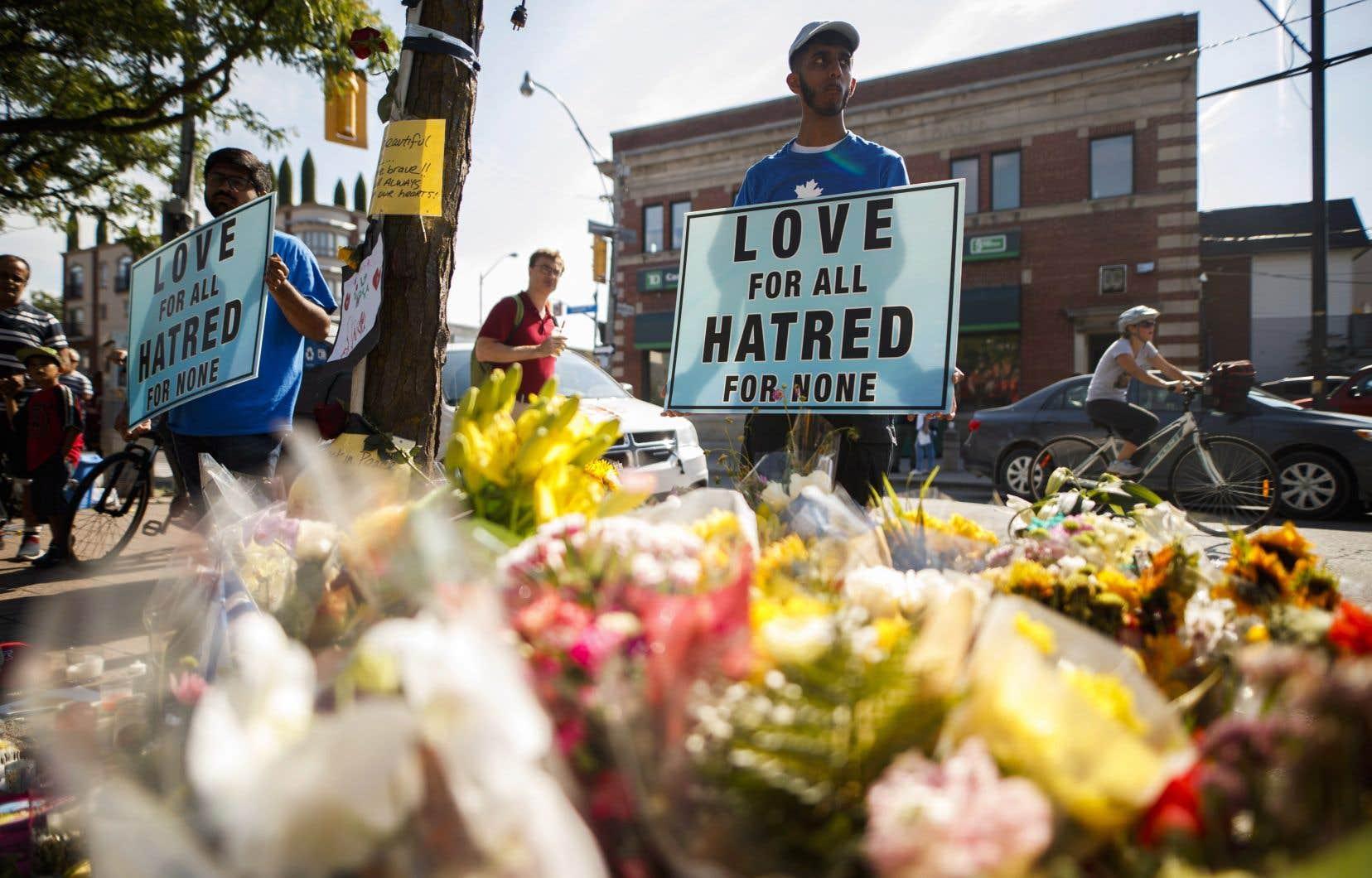 Un jeune femme de 18ans et une fillette de 10ans sont mortes par balle; 13 autres personnes ont été blessées à Toronto dimanche.