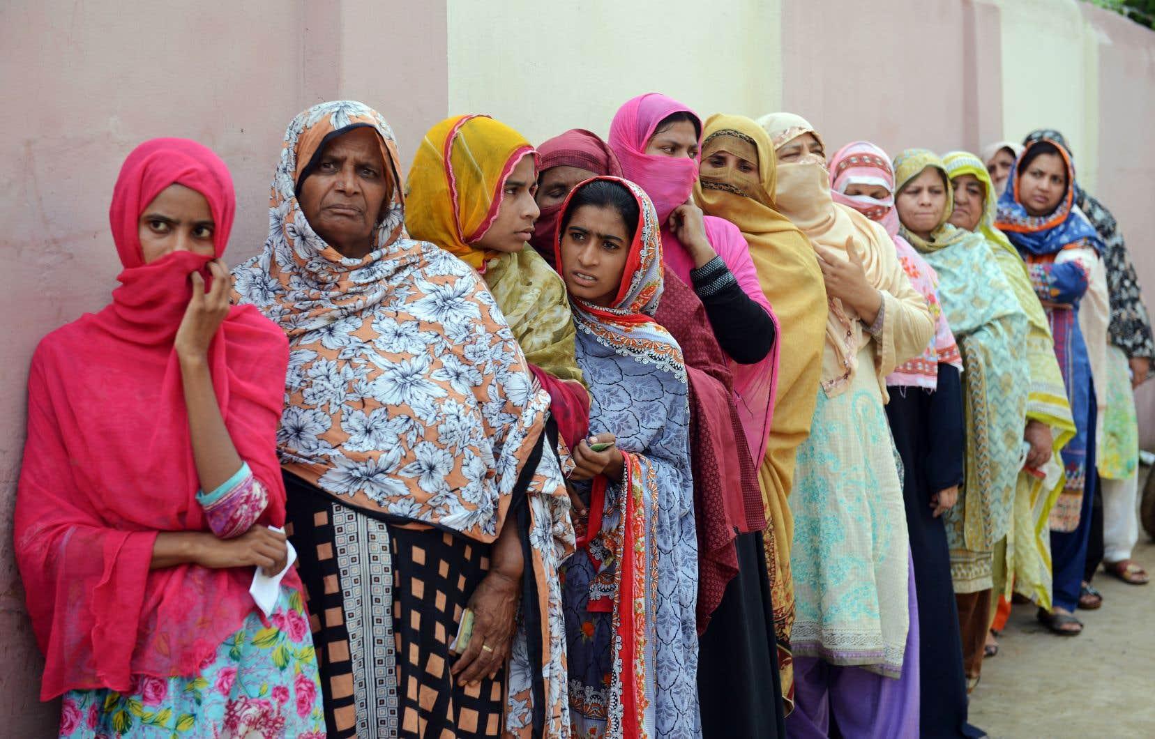 Des Pakistanaises faisaient la file mercredi devant un bureau électoral à Lahore. La Commission électorale a rendu obligatoire la participation d'au moins 10% de femmes dans chaque circonscription.