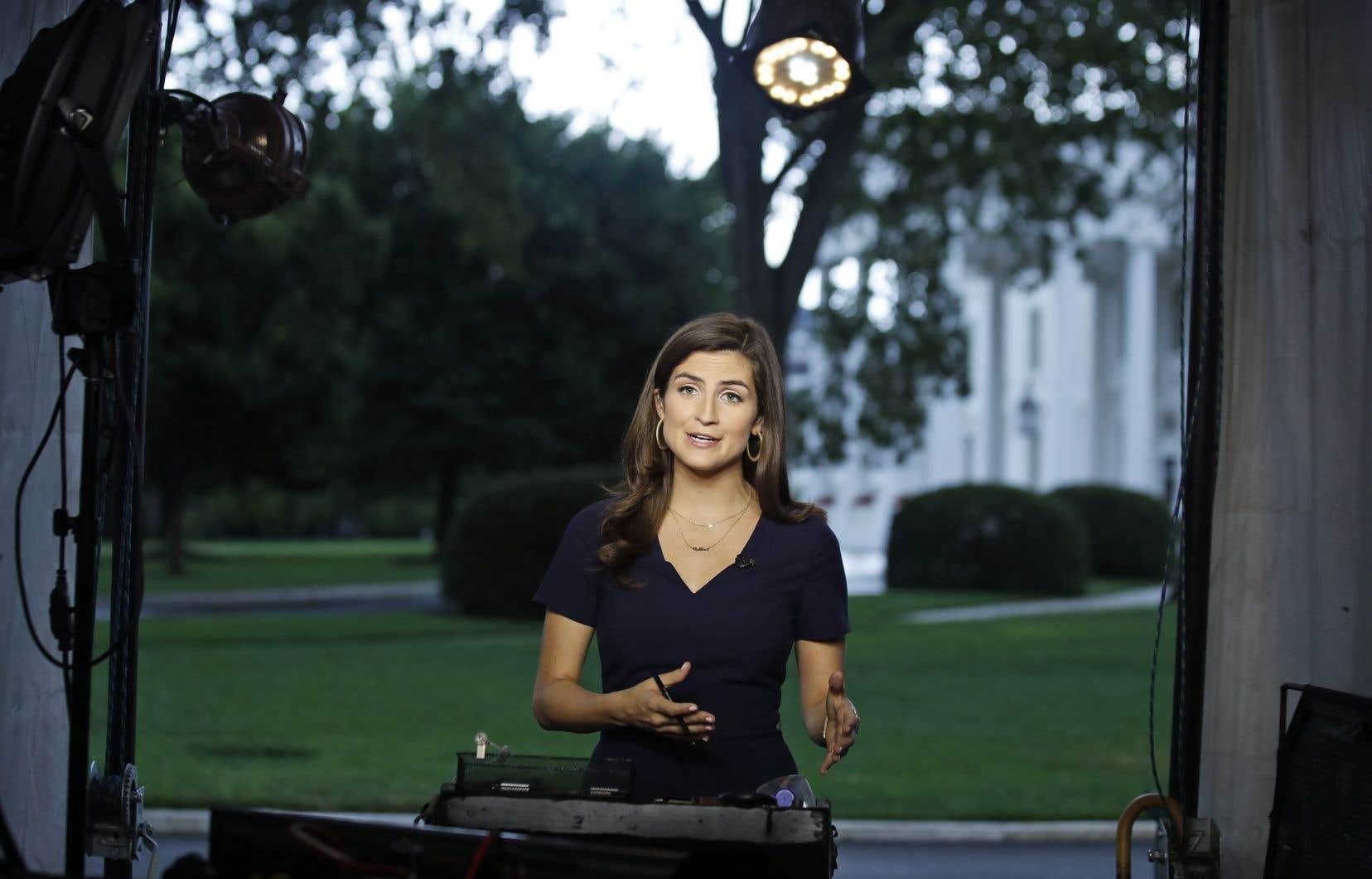 La journaliste Kaitlan Collins livre un reportage à la caméra, mercredi, devant la Maison-Blanche.
