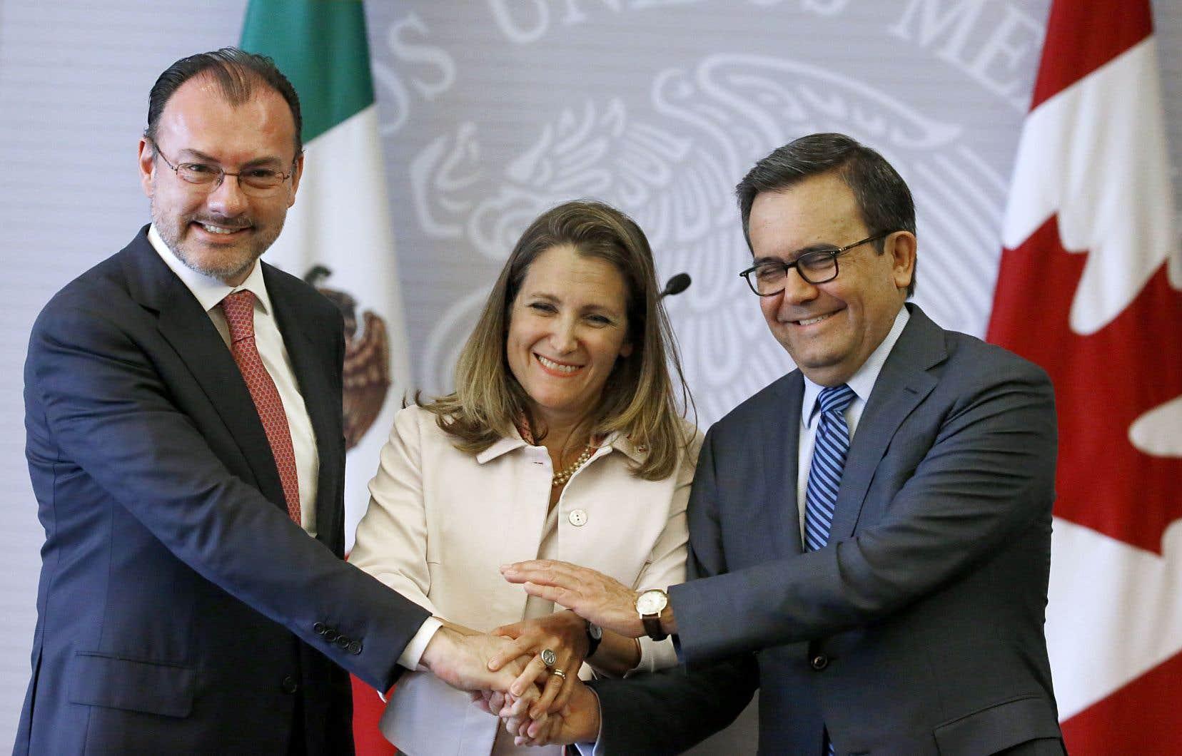 La ministre canadienne des affaires étrangères, Chrystia Freeland, a été accueillie mercredi à Mexico par son vis-à-vis mexicain, Luis Videgaray, (à gauche) et par le secrétaire à l'Économie Ildefonso Guajardo, avant sa rencontre avec le président désigné Andrés Manuel López Obrador.