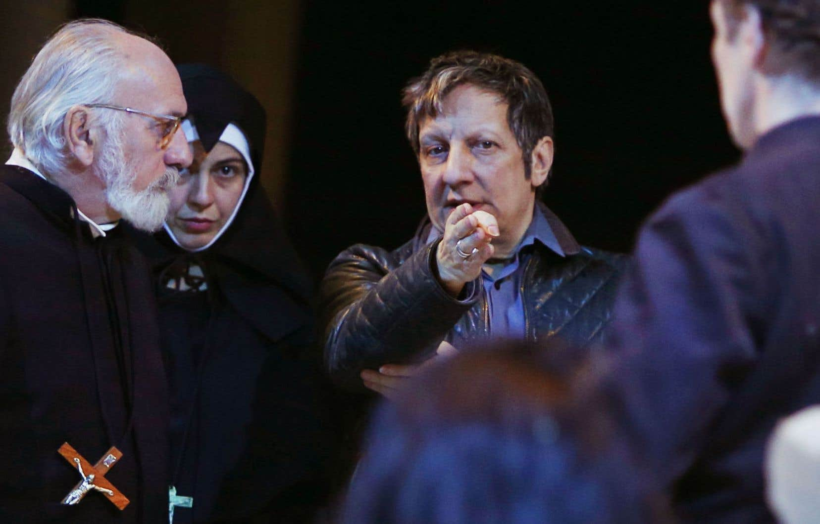 Robert Lepage photographié avec des comédiens lors d'une répétition de «Kanata»