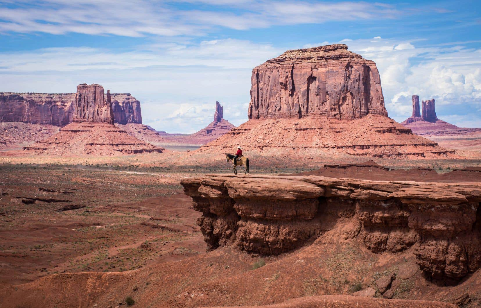 Monument Valley depuis John Ford Point. Un Navajo contemple le vide sur son cheval.