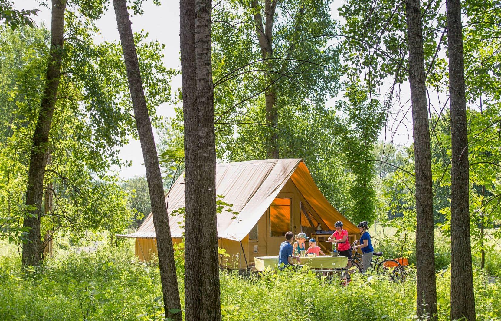 Depuis cette année, Parcs Québec produit ses propres tentes, baptisées Étoile, une version cubique d'Huttopia et d'une capacité d'accueil de six personnes. Sept parcs nationaux offrent déjà 57 tentes Étoile.