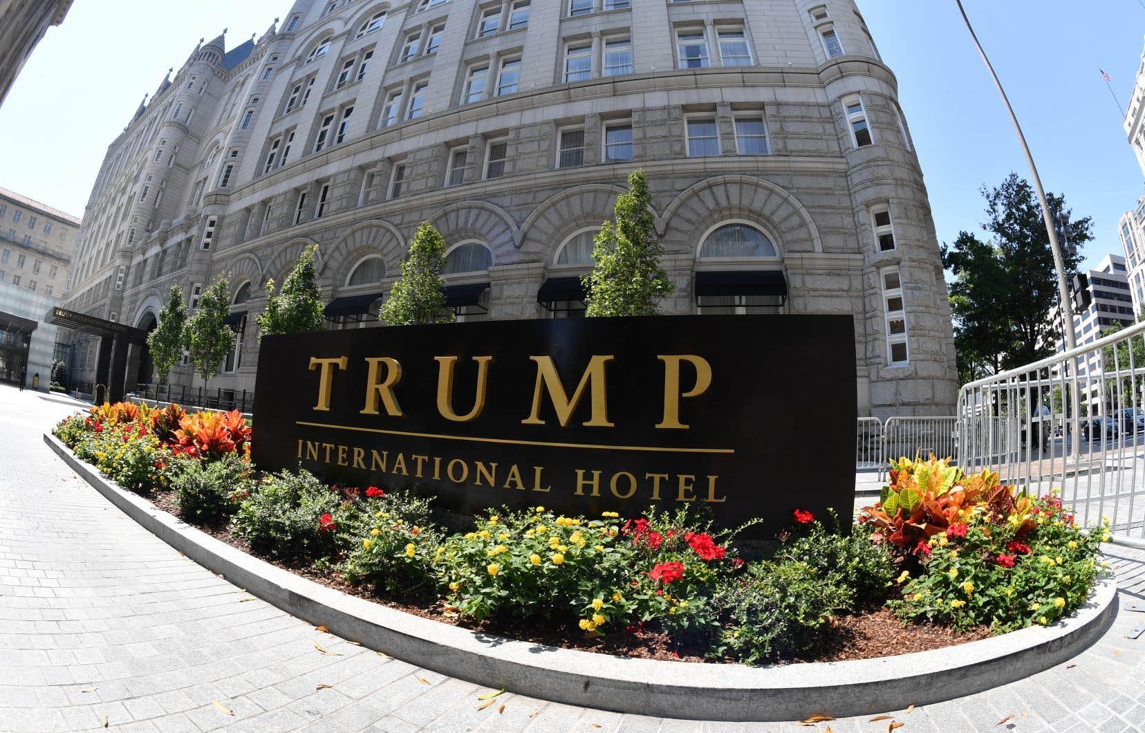 Donald Trump est accusé d'enfreindre la Constitution américaine en conservant ses parts dans un hôtel de Washington accueillant des représentants de gouvernements étrangers.