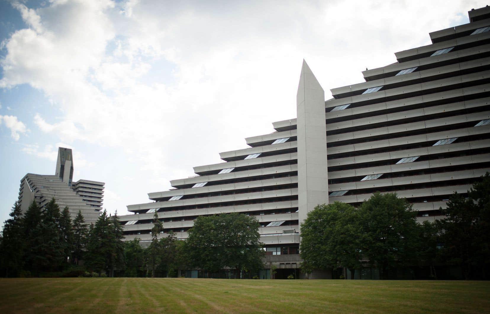 Les deux pyramides de ce qui constituait le Village olympique, en 1976, ont été dessinées par les architectes Roger D'Astous et Luc Durand.