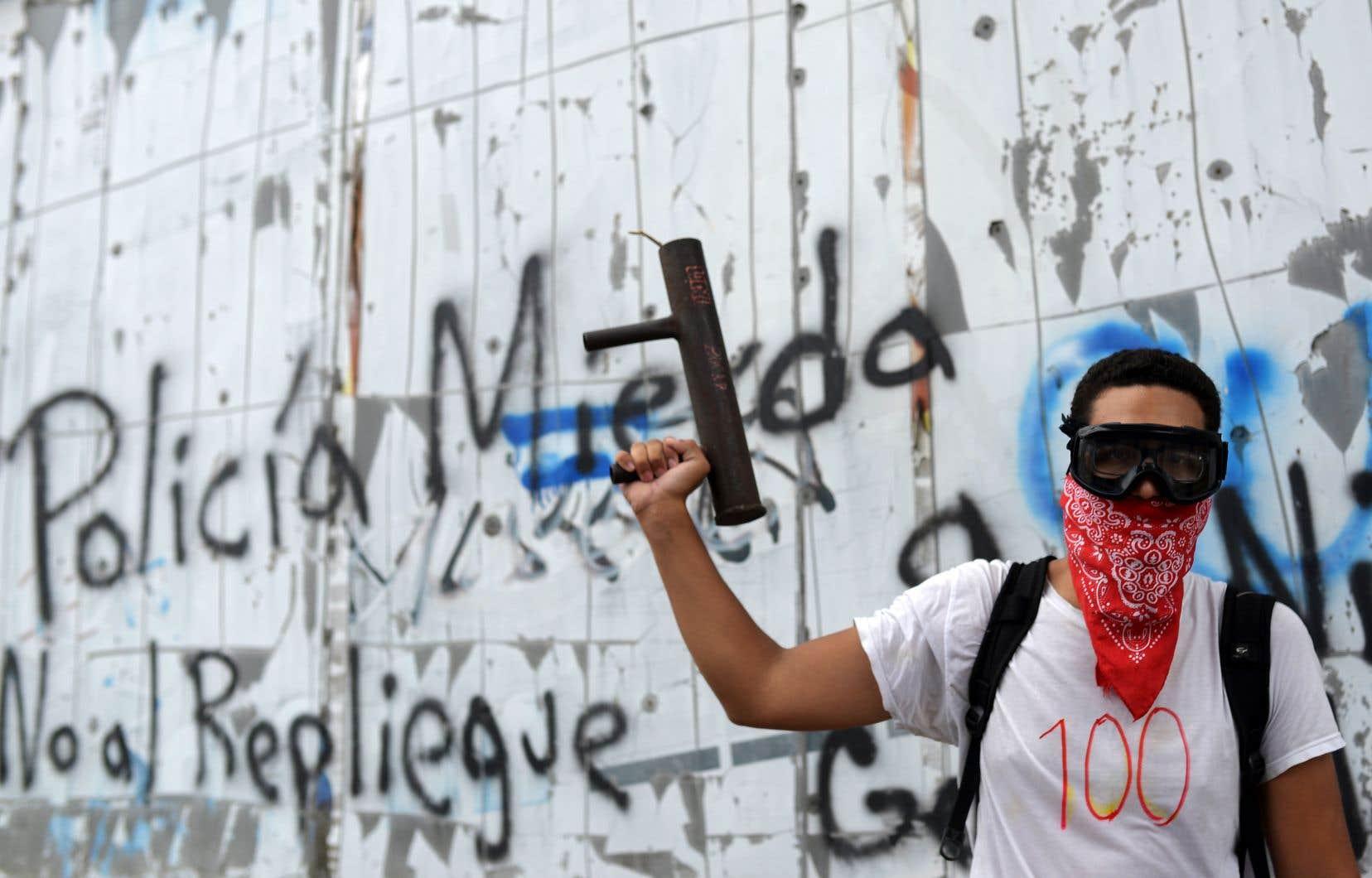 Un jeune masqué a participé jeudi à la commémoration des 100 jours de protestations contre le gouvernement de Daniel Ortega.