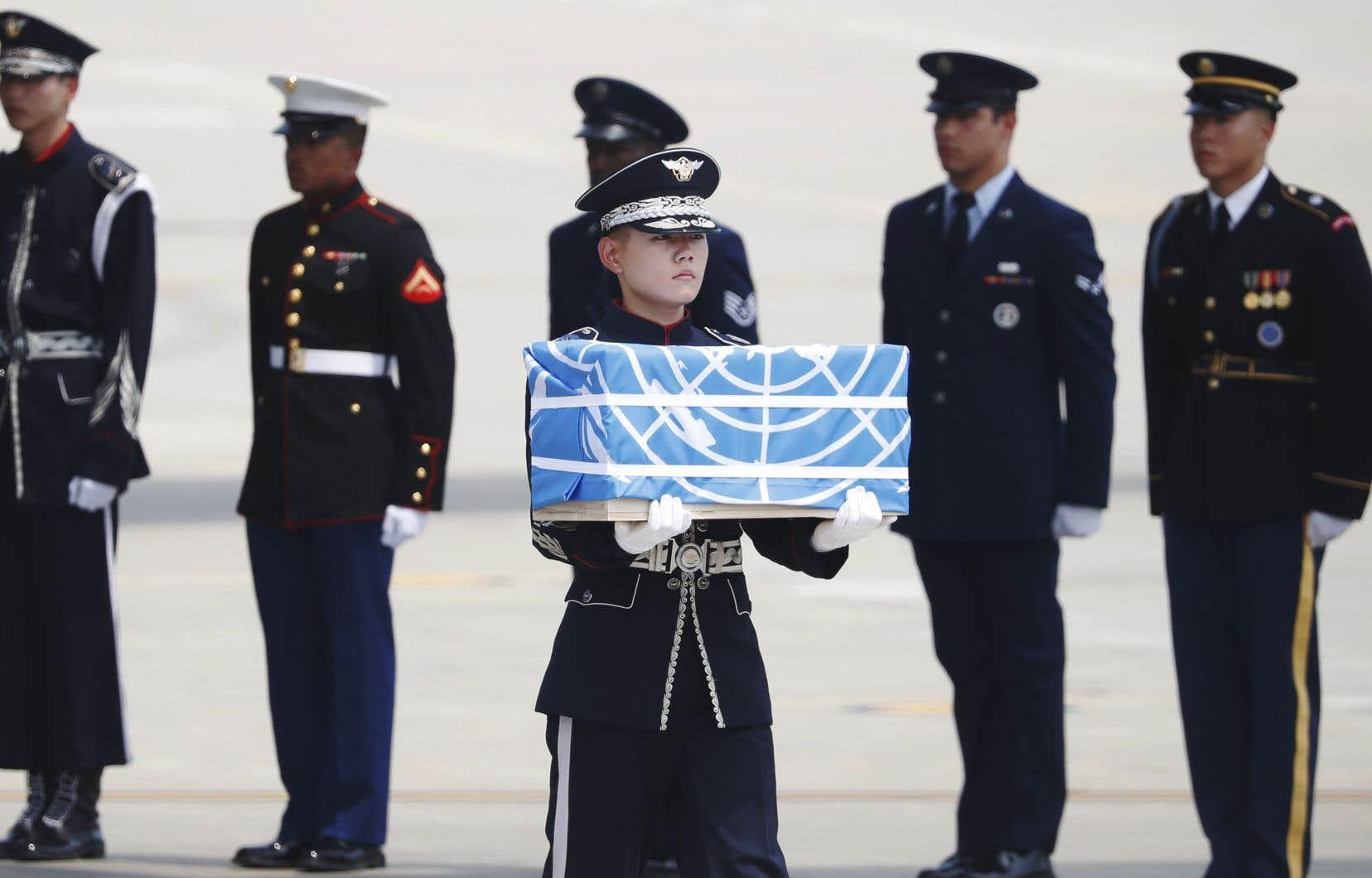 La dépouille d'un soldat américain est transportéeà la base aérienne d'Osan, en Corée du Sud.