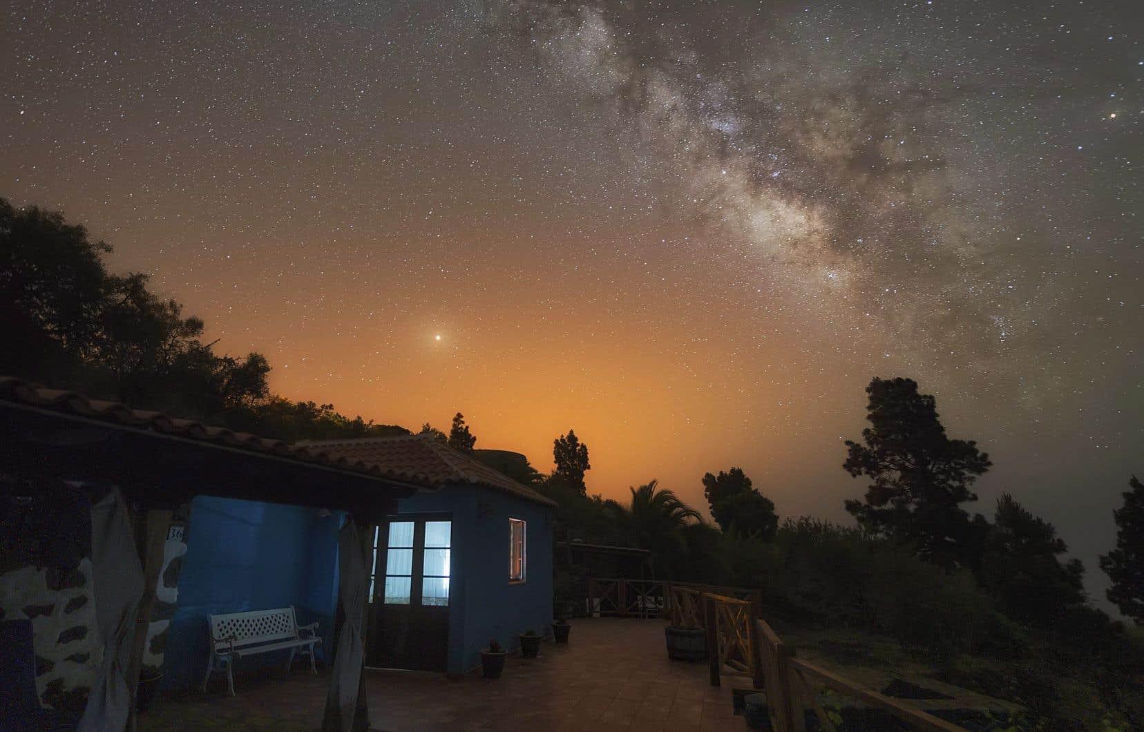 <p>À l'oeil nu, on verra un point brillant, mais avec une lunette ou un télescope, il sera possible d'observer Mars dans les détails.</p>