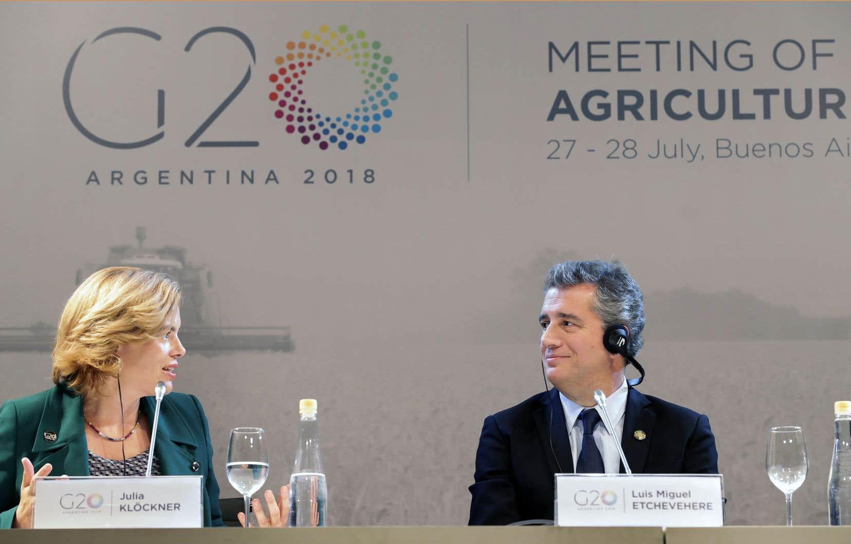 De gauche à droite, la ministre fédérale allemande de l'alimentation, de l'agriculture, et de la protection du consommateur, Julia Klöckner et le ministre argentin de l'industrie agro-alimentaire, Luis Etchevehere, à Buenos Aires.