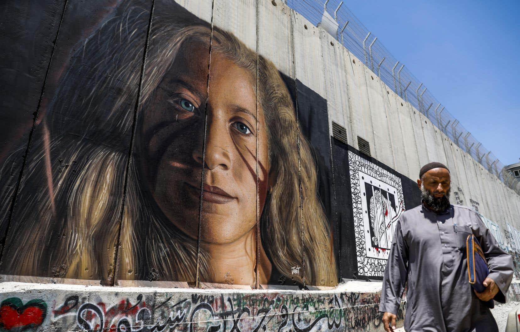 Haute de près de quatre mètres, la fresque représente le désormais célèbre visage de la jeune Palestinienne de 17 ans, qui a purgé huit mois de prison pour avoir giflé des soldats israéliens.