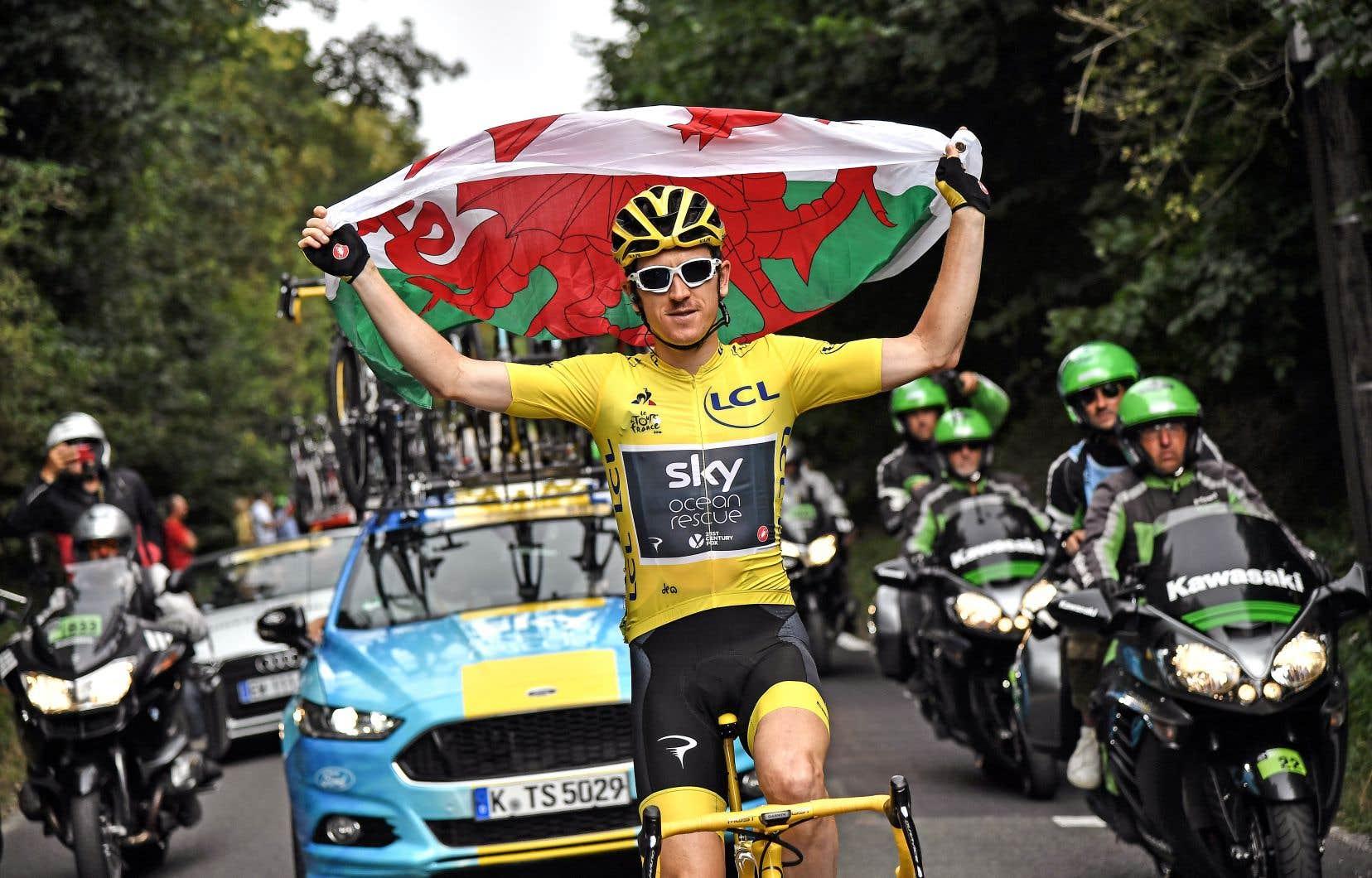 Geraint Thomas a arboré dimanche le drapeau du Pays de Galles pour célébrer son premier Tour de France.