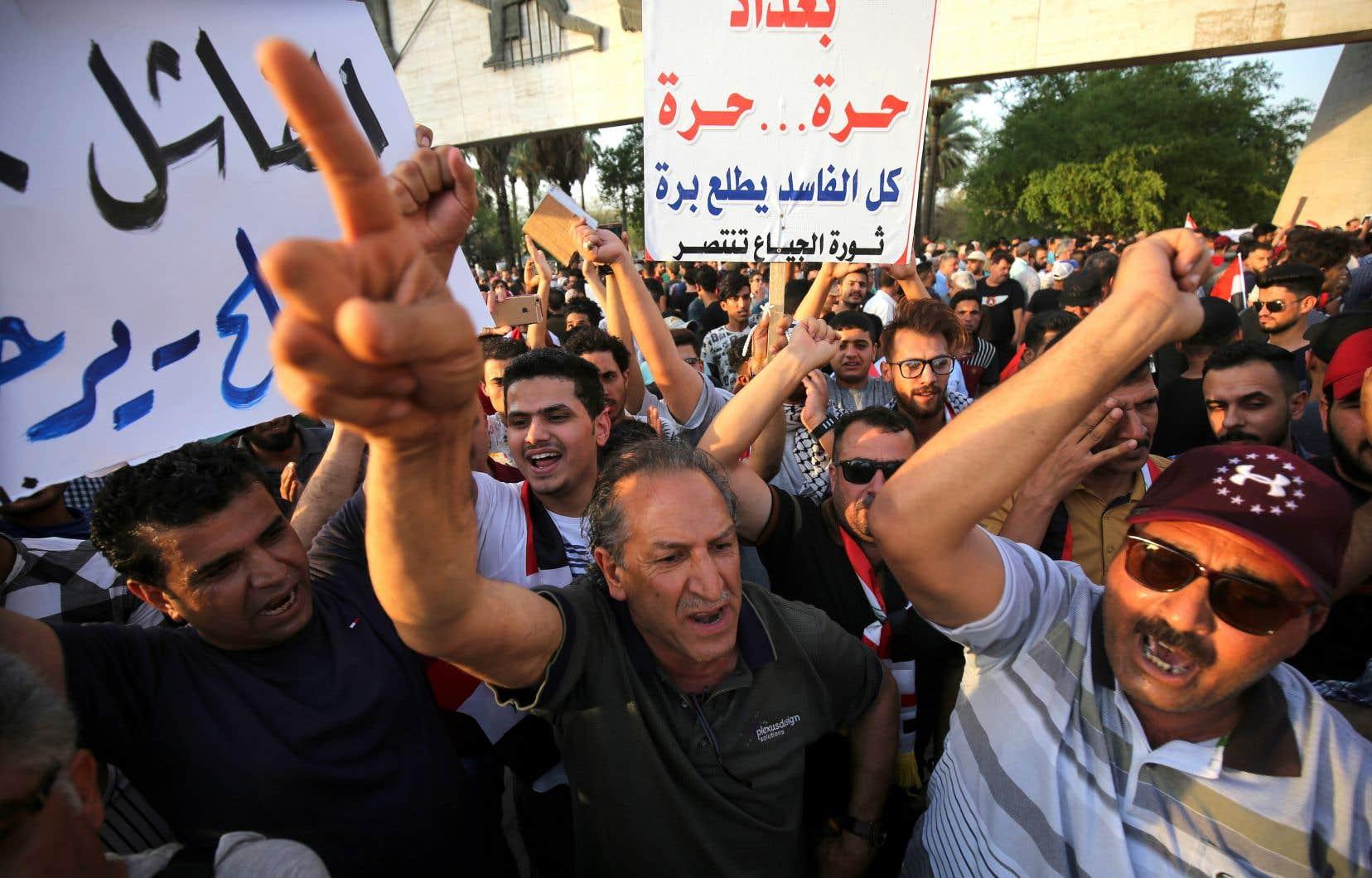 En Irak, des manifestations quotidiennes dénoncent entre autres les services publics déficients, la pénurie chronique d'électricité et d'eau, le chômage endémique, ainsi que l'impéritie de l'État, des politiciens et les ingérences étrangères.