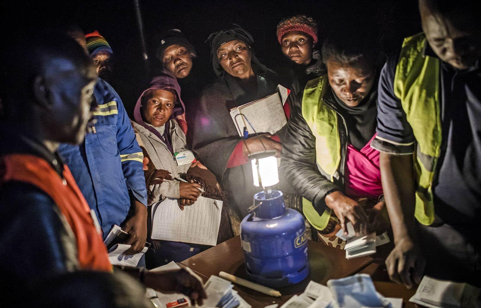 Les bureaux de vote ont fermé, comme prévu, vers 19 h et le dépouillement a débuté, parfois à la lumière des bougies ou des lampes à gaz.