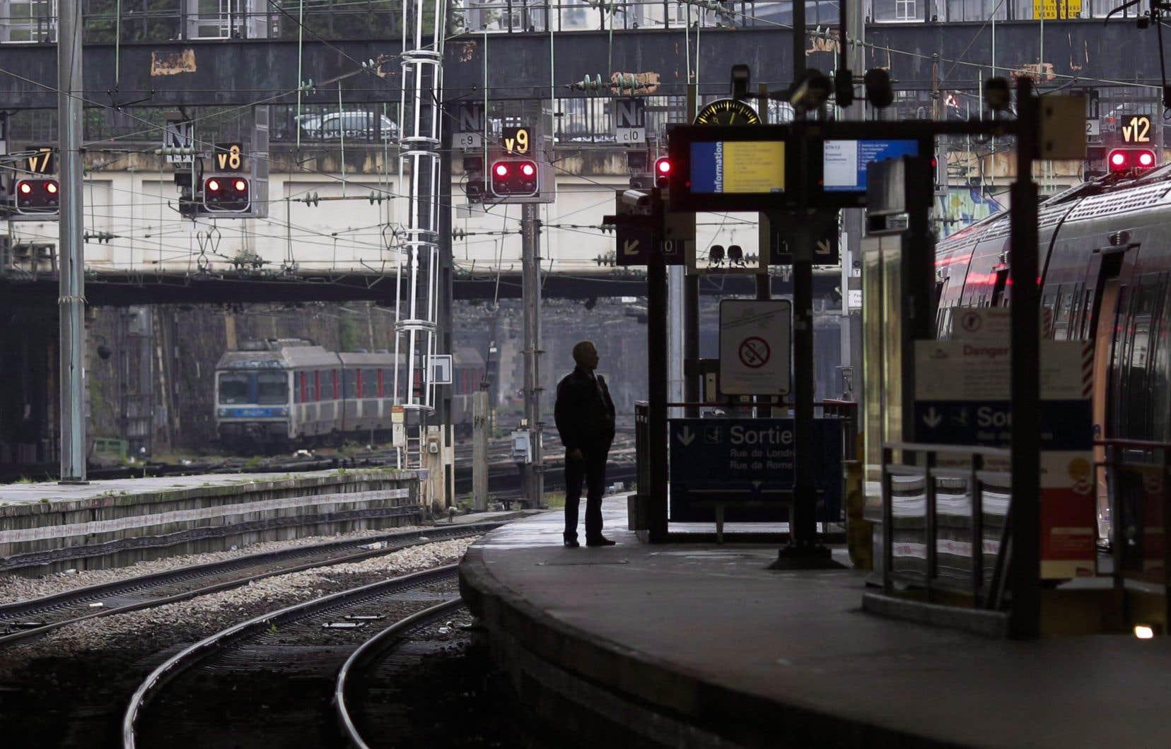 Silhouette d'une personne sur une plate-forme à la gare Saint Lazare, à Paris