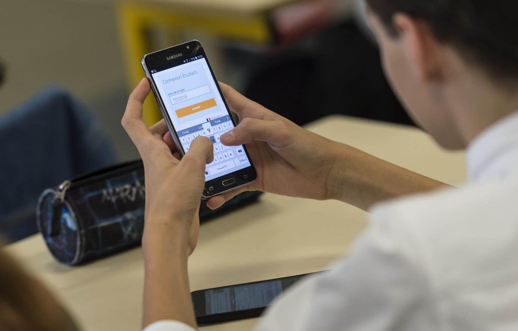 La proposition de loi interdit l'usage de tout objet connecté (téléphone cellulaire, tablette, montre…)dans les établissements scolaires.