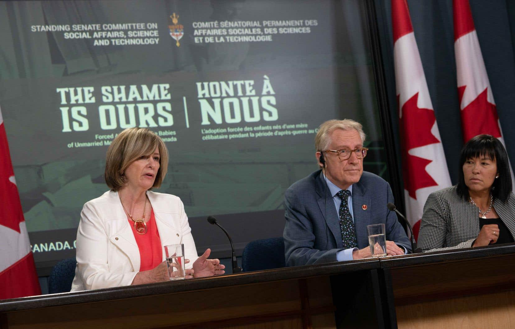 Les sénateurs Art Eagleton (au centre) et Chantal Petitclerc (à droite) ont recueilli les témoignages de personnes touchées par ce dossier.