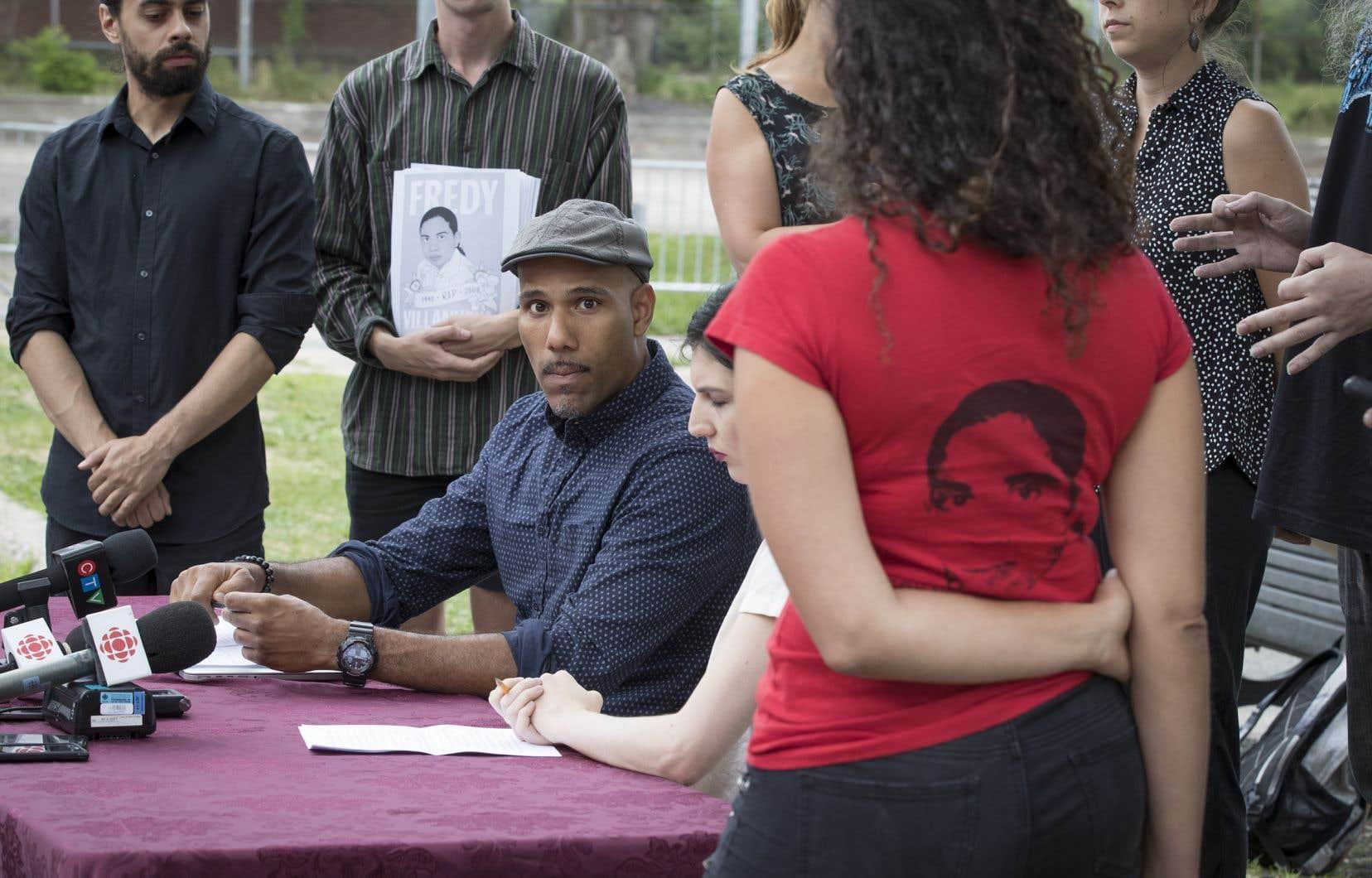 Le militant Will Prosper et des proches de Fredy Villanueva ont organisé une conférence à proximité du parc Henri-Bourassa, mercredi.