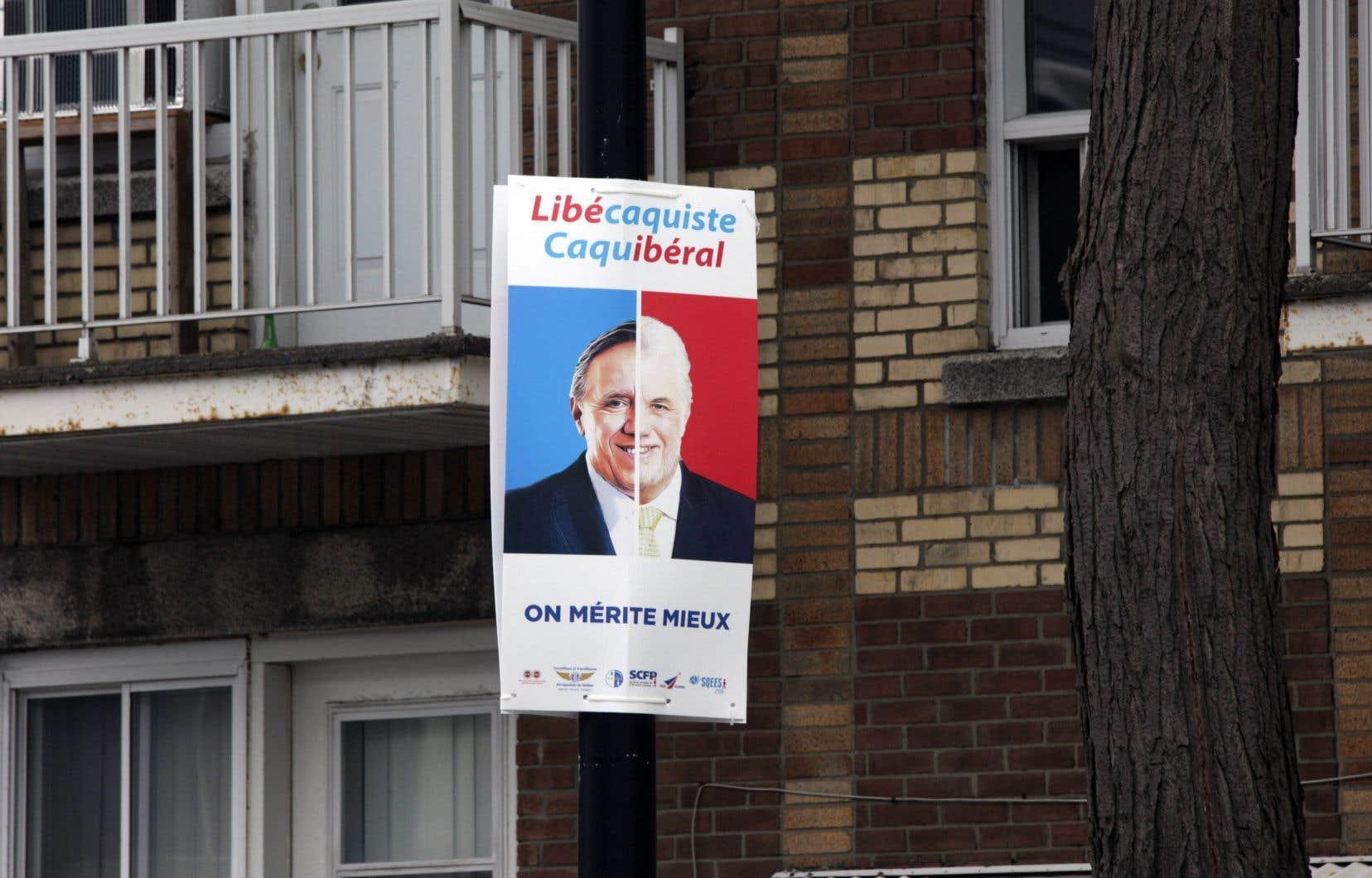 Une coalition syndicale a placardé dans plusieurs villes des affiches qui marquent leur opposition aux politiques du PLQ et de la CAQ.