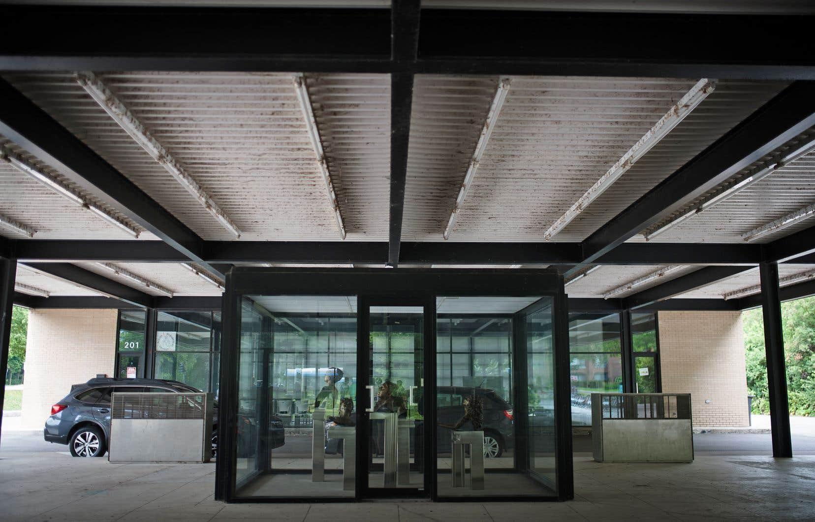 Bâtie en 1968, la station de la rue Berlioz se démarque par son toit flottant qui relie les édicules occupés par le garage et par le bureau. Convertie en centre communautaire en 2012, elle a été débarrassée des éléments propres à une station-service pour faire ressortir ses «qualités profondément miessiennes».