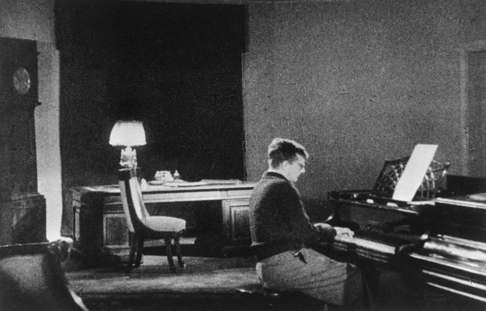 Une photographie de Dmitri Chostakovitch travaillant sur sa fameuse «7e Symphonie» composée en décembre 1941, alors qu'il était évacué à Kouïbychev.