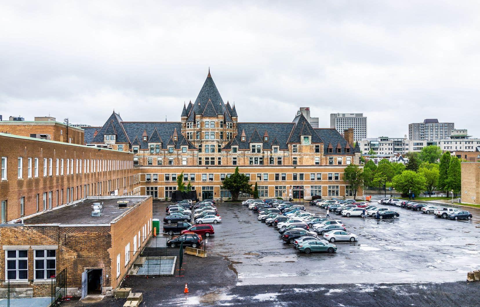 Dans les plans originaux du projet de la Gare Viger, il y avait 800 places de stationnement, mais le projet actuel n'en comporte plus que 400, souligne l'auteur.