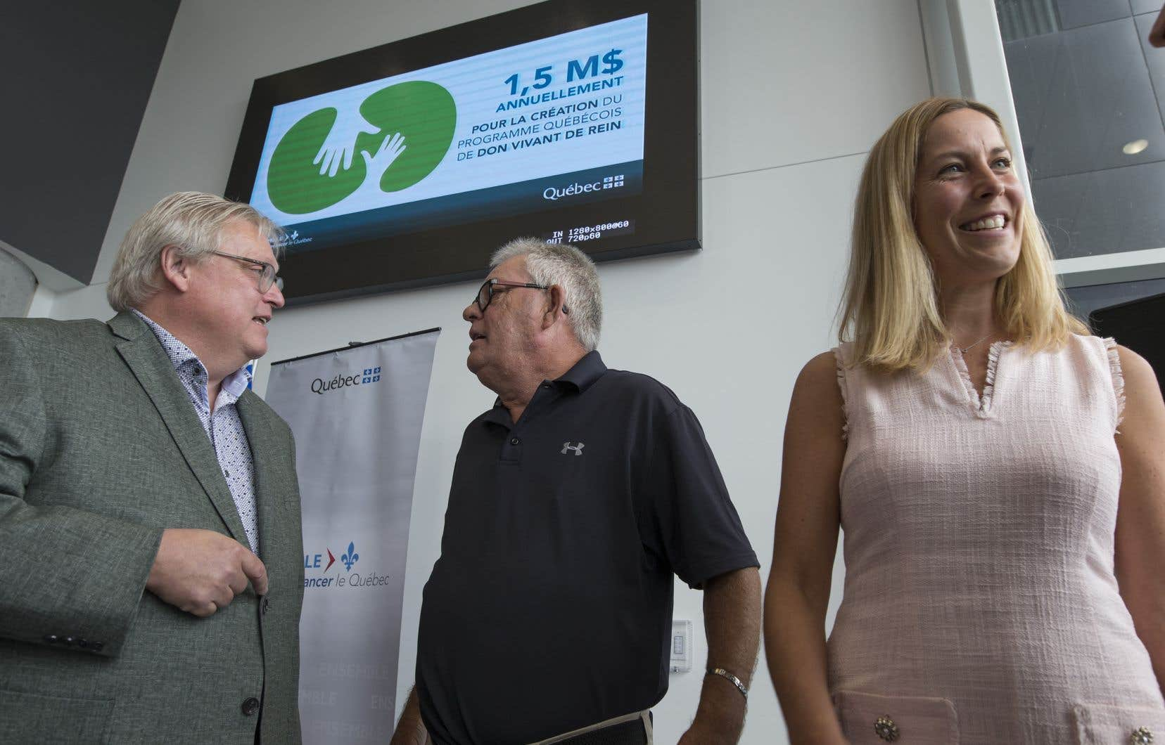 Le ministre de la Santé, Gaétan Barrette (à gauche), a annoncé la création d'un programme de don vivant de rein.
