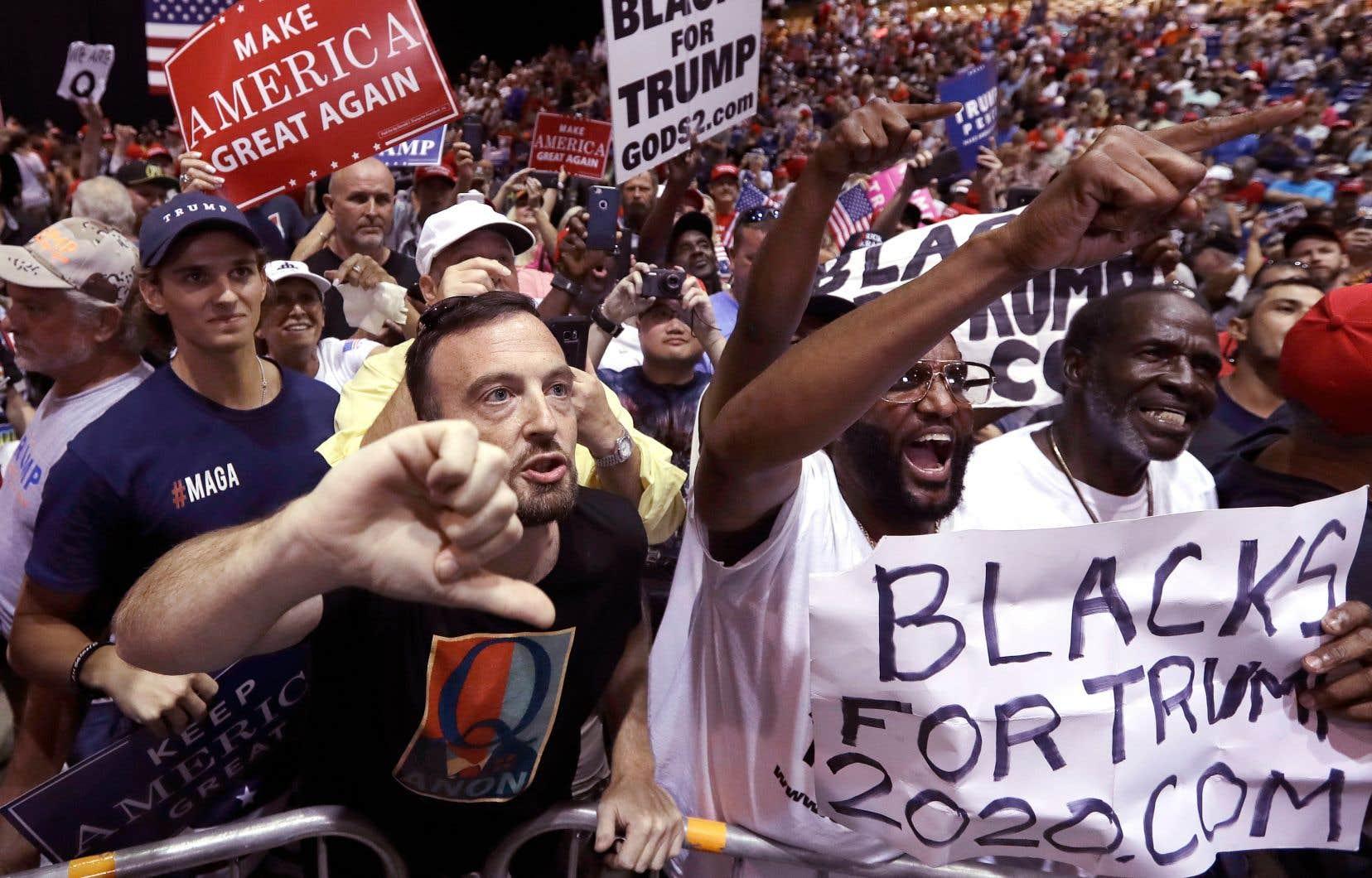 Le 31 juillet, lors du meeting politique de Donald Trump à Tampa en Floride, de nombreux soutiens du président américain arboraient un t-shirt et des pancartes portant la seule lettre «Q», donnant des visages au mouvement.